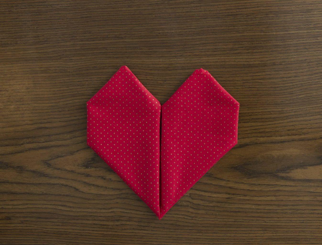Imagem: Passo 8: repita o passo 7 e seu guardanapo em forma de coração está pronto! Foto: Cacá Bratke