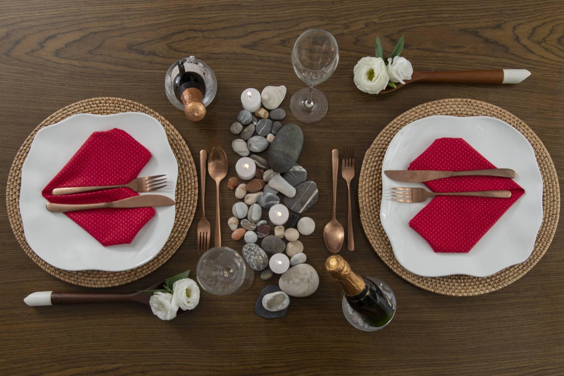 Imagem: Veja no nosso ebook e aqui nesse post como preparar jantares românticos cheios de detalhes carinhosos, que vão encantar o seu par. Produção de Cláudia Pixu com o prato Zen da Oxford. Foto: Cacá Bratke
