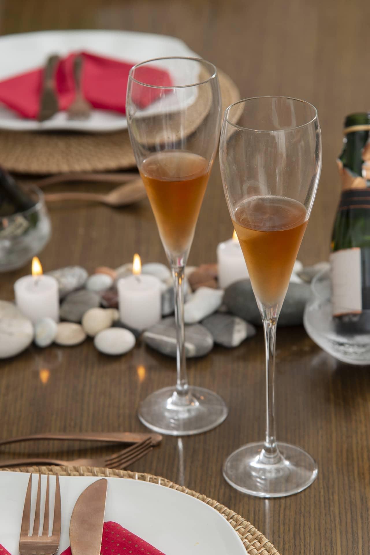 Imagem: Elegantes e arrojadas, as taças de espumante são do modelo Athenas da Oxford Alumina Crystal. Foto: Cacá Bratke