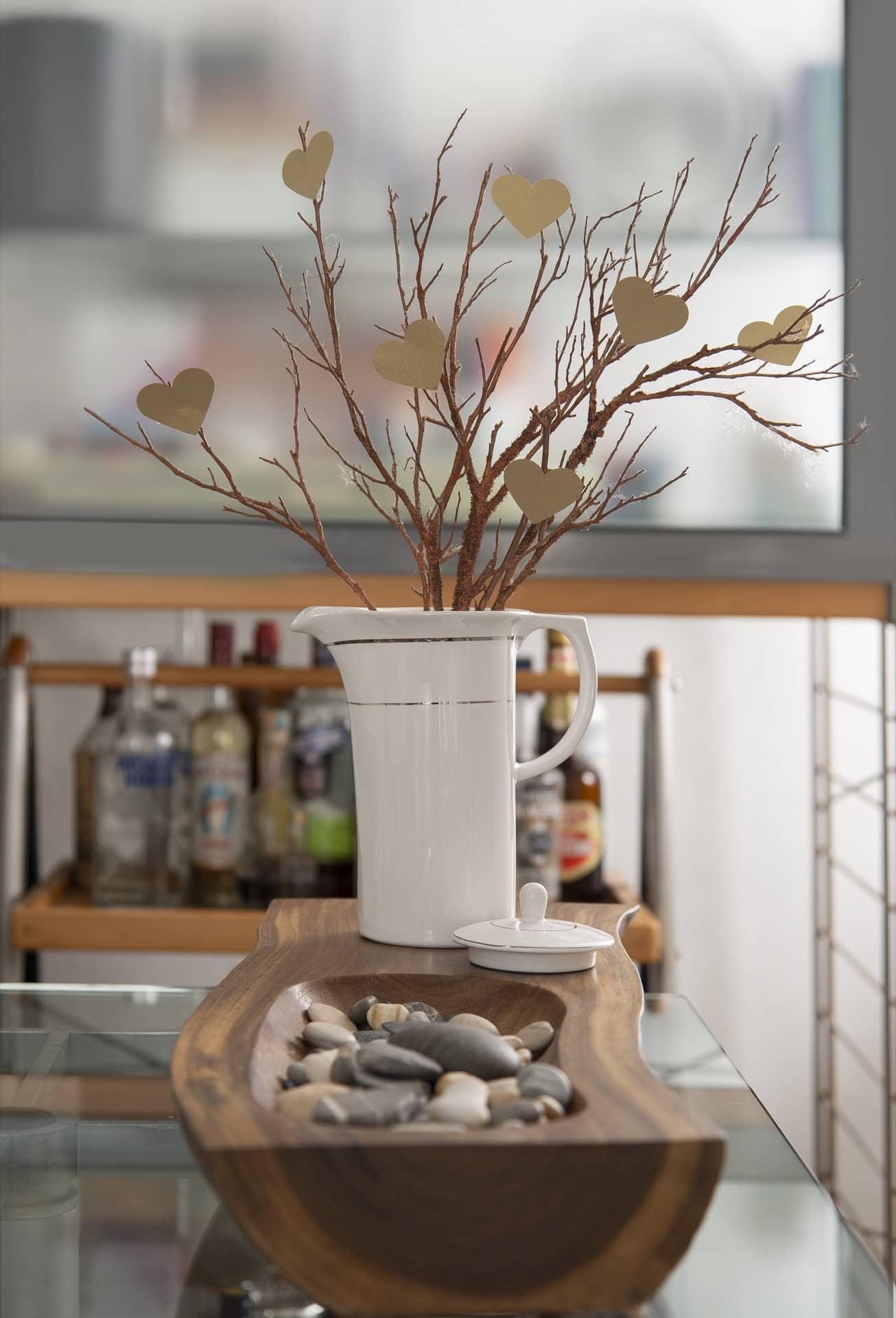 Imagem: Decore o ambiente com um arranjo de galhos secos e corações de papel. Com a ajuda de um cortador de papel em forma de coração, faça vários coraçõezinhos e prenda em um galho seco. Em vez de colocá-lo num vaso, use um utensílio diferente, como o bule Flamingo Diamond da Oxford Porcelanas. Foto: Cacá Bratke