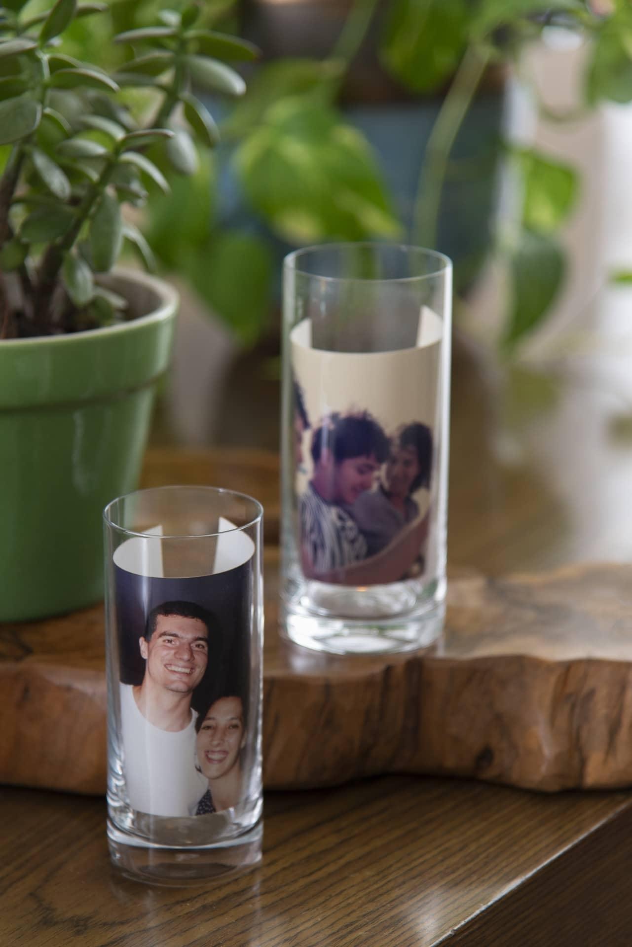 Imagem: Copos long drink, com fotos do casal dentro, viram porta-retratos inusitados. Aqui, os copos long drink são do modelo Flat da Oxford Alumina Crystal. Foto: Cacá Bratke