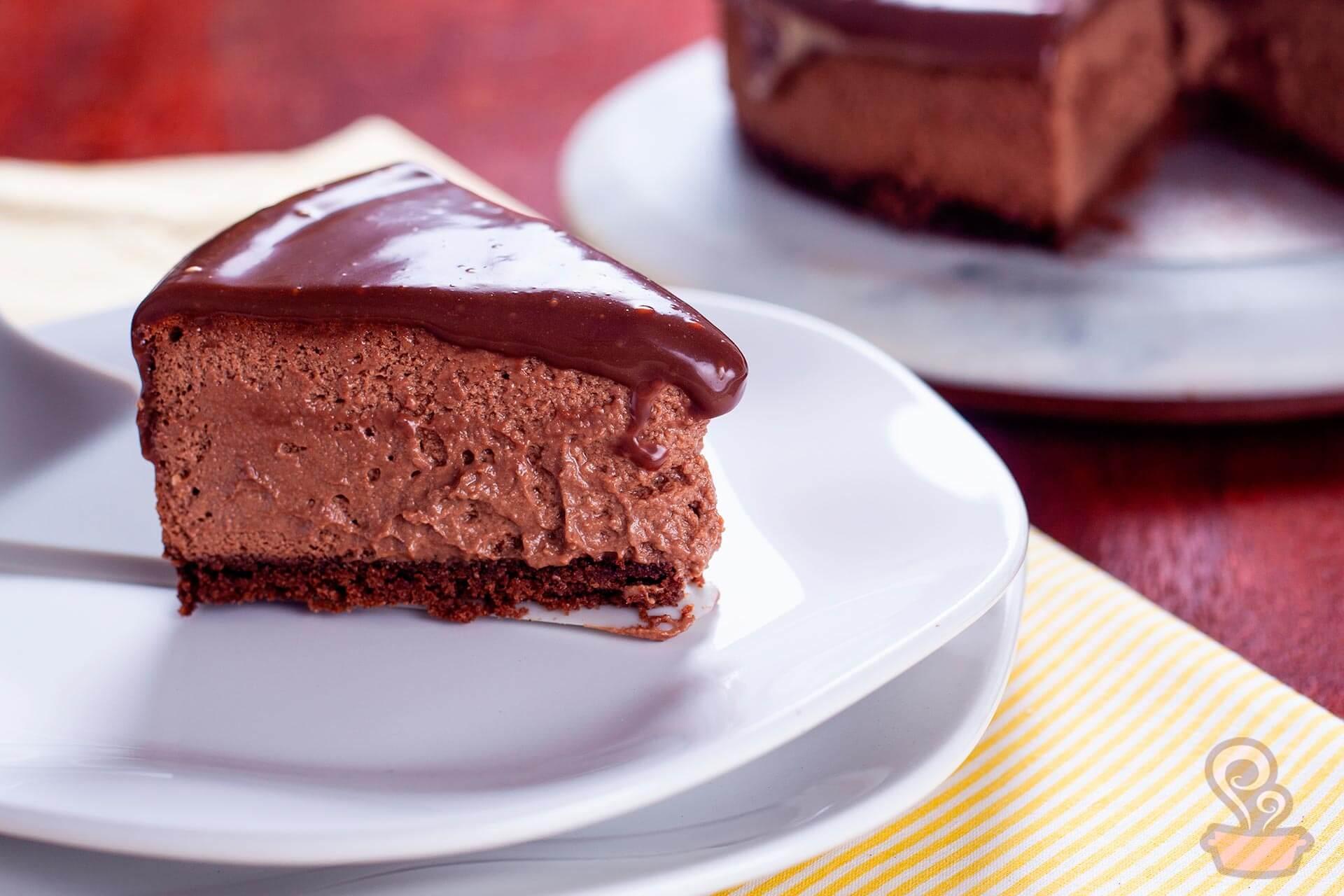 Imagem: É só seguir direitinho os passos da receita que você vai ter um cheesecake de chocolate lindo e delicioso! O prato é da coleção Ryo White, da linha Oxford Porcelanas. Foto: Na Minha Panela.
