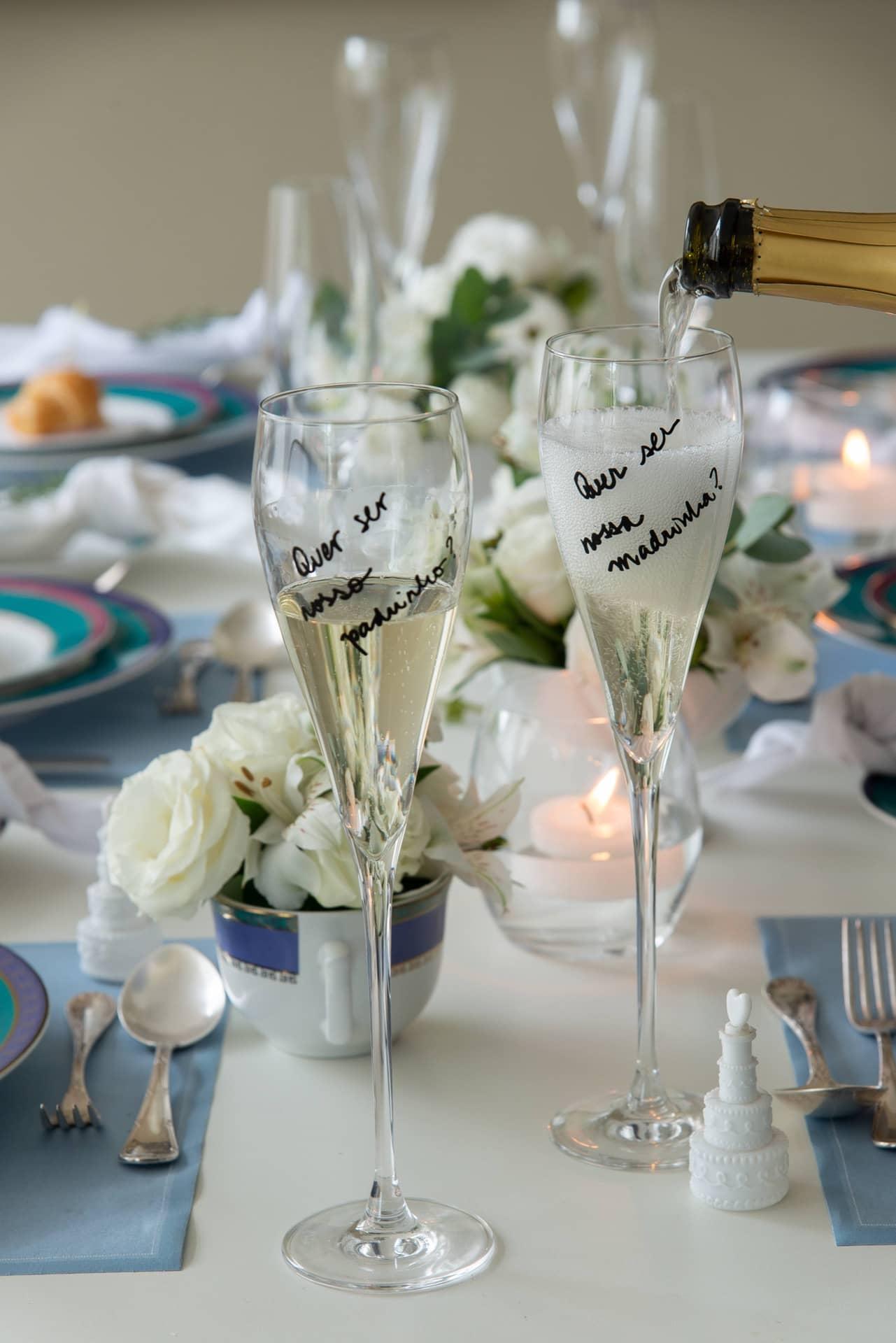 Imagem: As taças dos padrinhos serão uma lembrança da noite do convite. Por isso, escreva ou desenhe sobre elas, usando uma caneta à base de água, cuja tinta sai apenas com detergente e esponja. Foto: Cacá Bratke