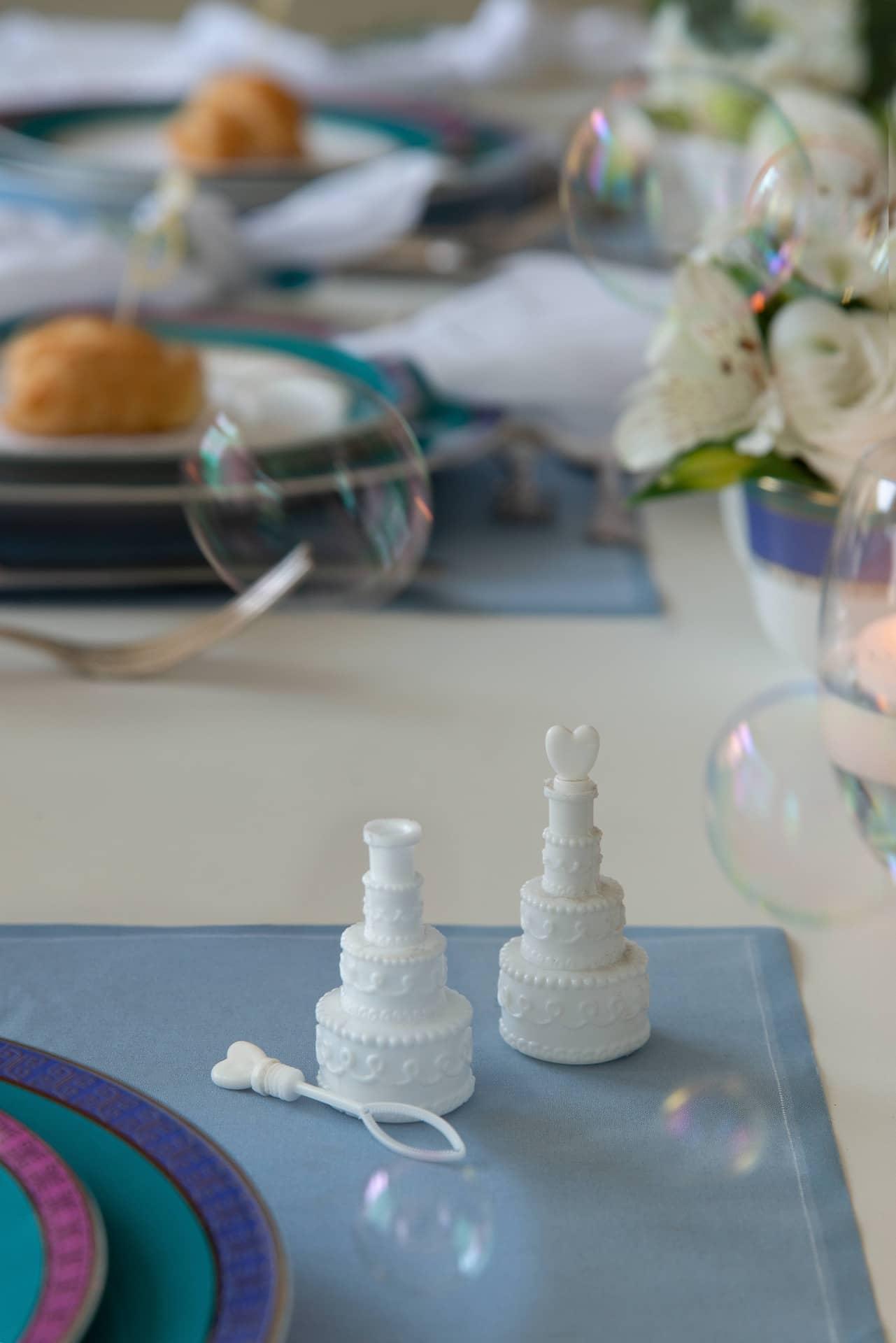 Imagem: Cada padrinho tem ao lado do seu prato um mimo extra: um tubinho de bolhas de sabão em formato de bolo de noiva, da Rica Festa.Viva a leveza e a descontração! Foto: Cacá Bratke