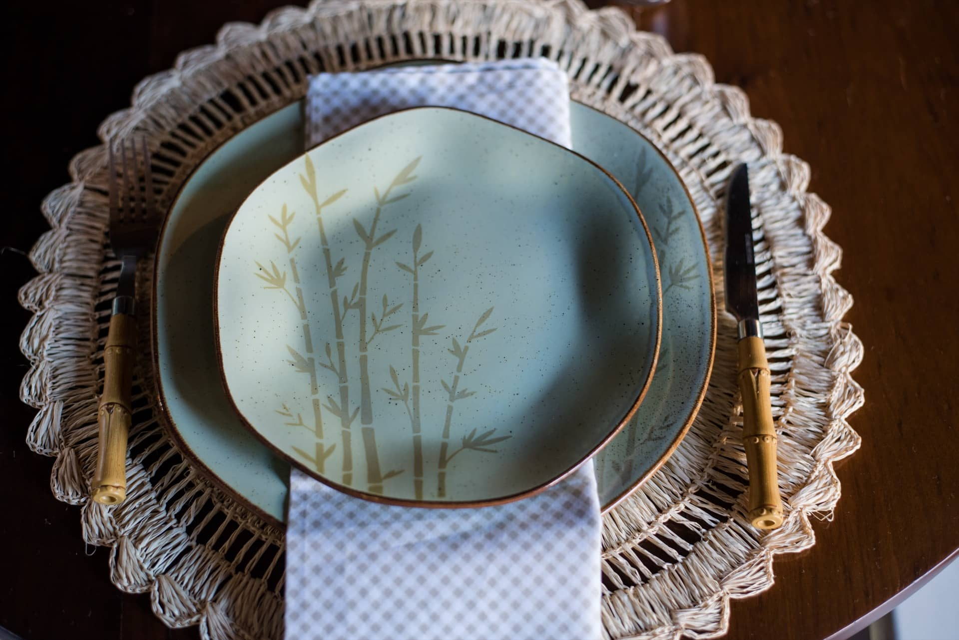 Imagem: As porcelanas Ryo Bambu, da Oxford Porcelanas, têm um delicado desenho de bambu e bordas contrastantes. O efeito vintage é conseguido através de uma técnica manual que usa pigmentos de tinta e esmalte reagente. Cada peça é única, ligeiramente diferente da outra.Foto: Karla Rudnick