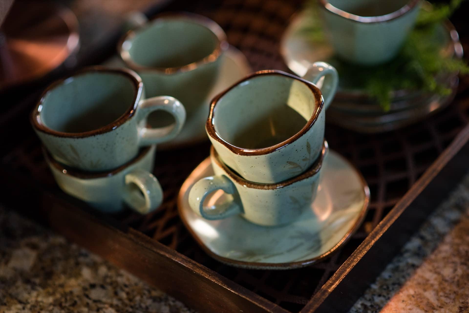Imagem: Como a decoração tem clima rústico, sirva o café numa bandeja de madeira ou bambu, com algumas xícaras empilhadas. Fica um charme! Foto: Karla Rudnick