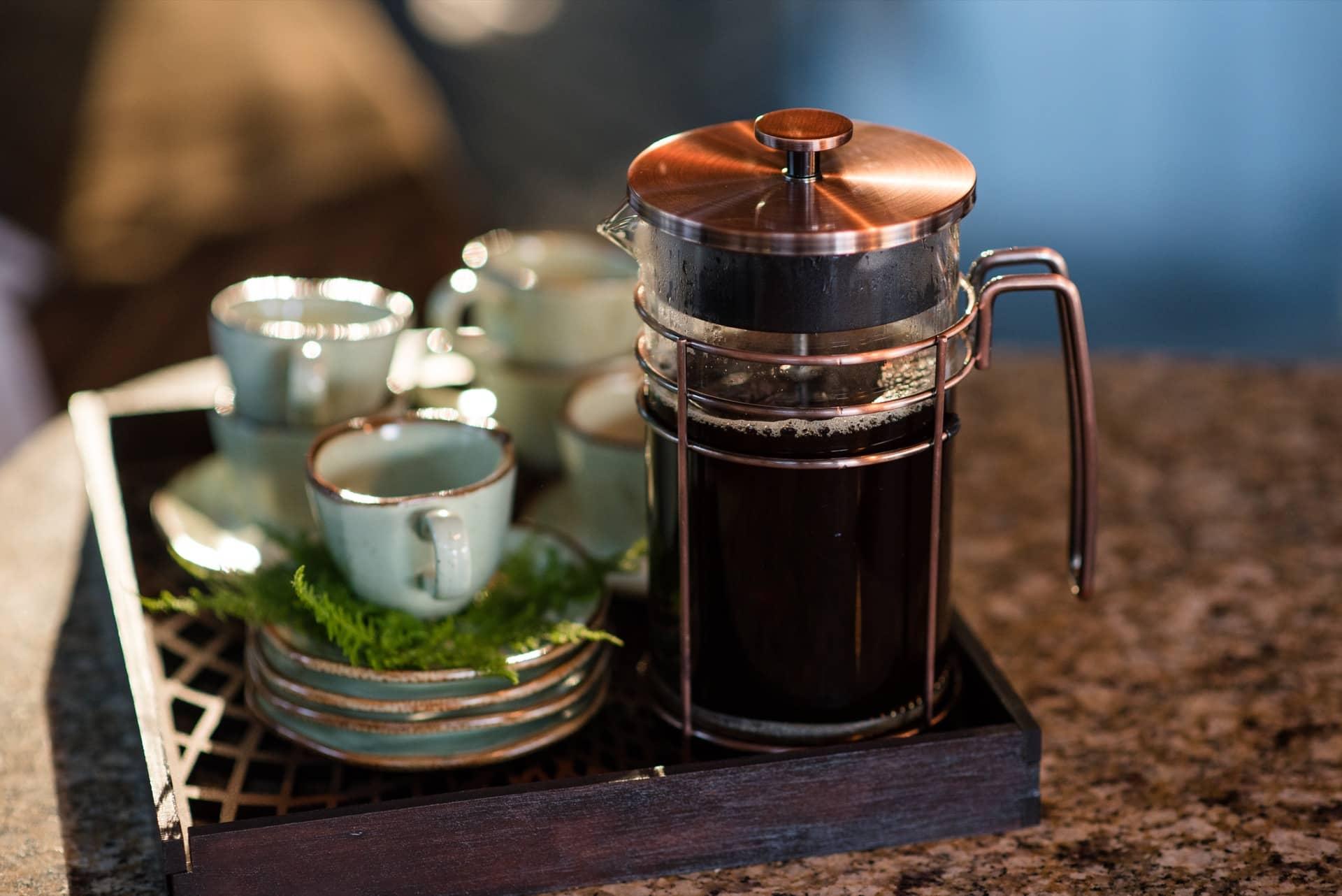 Imagem: Preparado na cafeteira com prensa francesa da Oxford, o café preserva todos o seu aroma e sabor. Ramos verdes enfeitam o pires do jogo de café Ryo Bambu da Oxford Porcelanas. Foto: Karla Rudnick