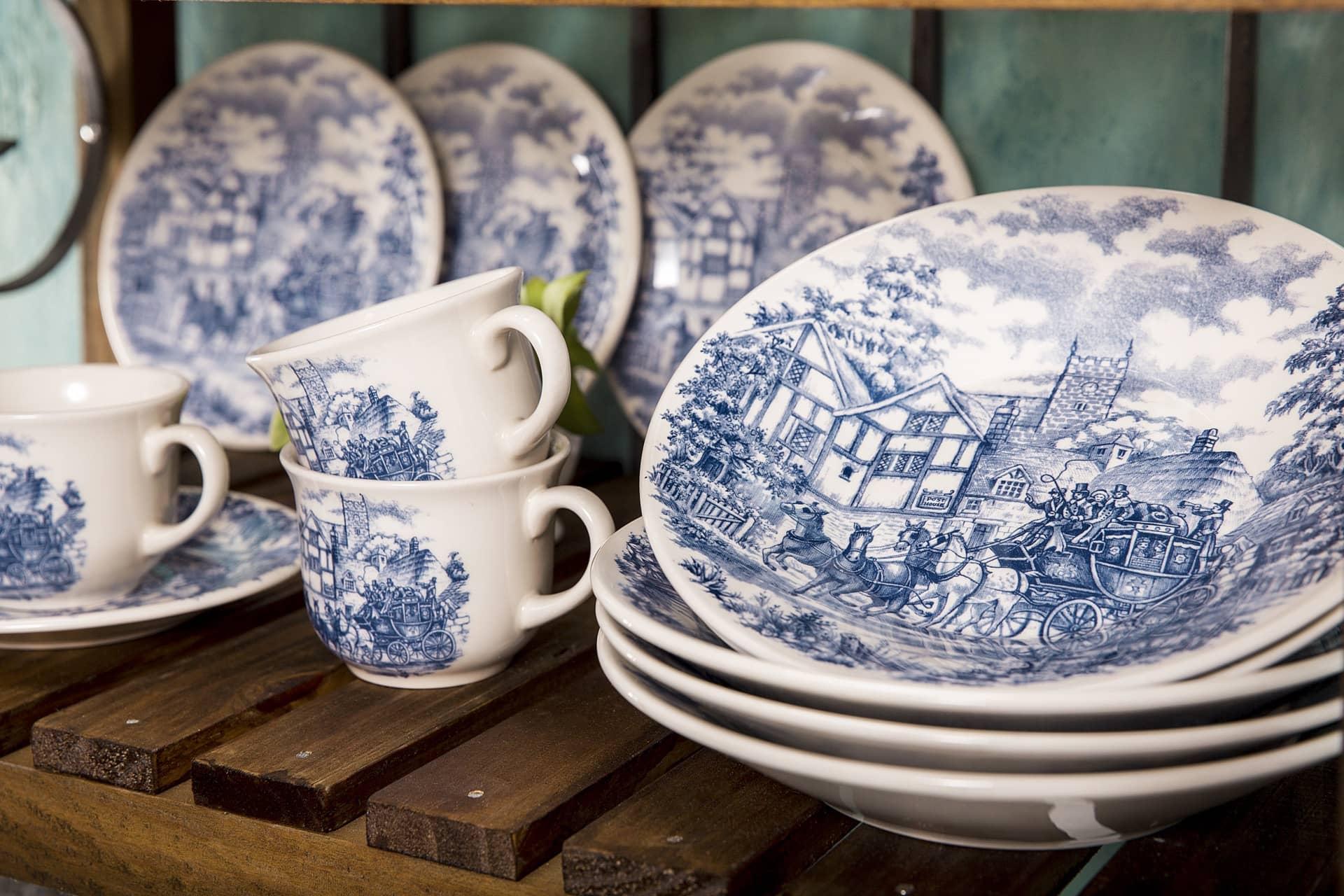 Imagem: As louças da coleção Cena Inglesa, da Biona, exibem uma carruagem em meio à antigas casas da Inglaterra.