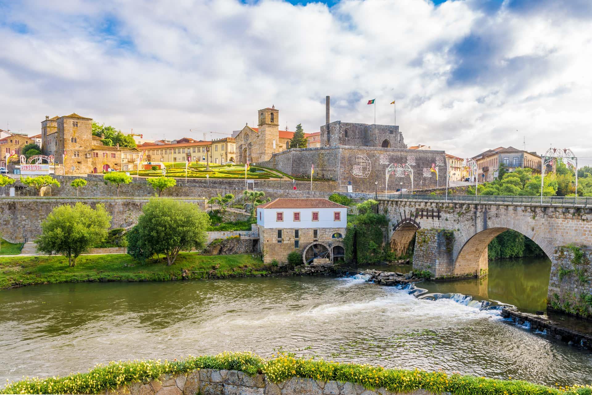Imagem: Ponte Medieval de Barcelos, com os passeios e mirantes às margens do Rio Cávado.