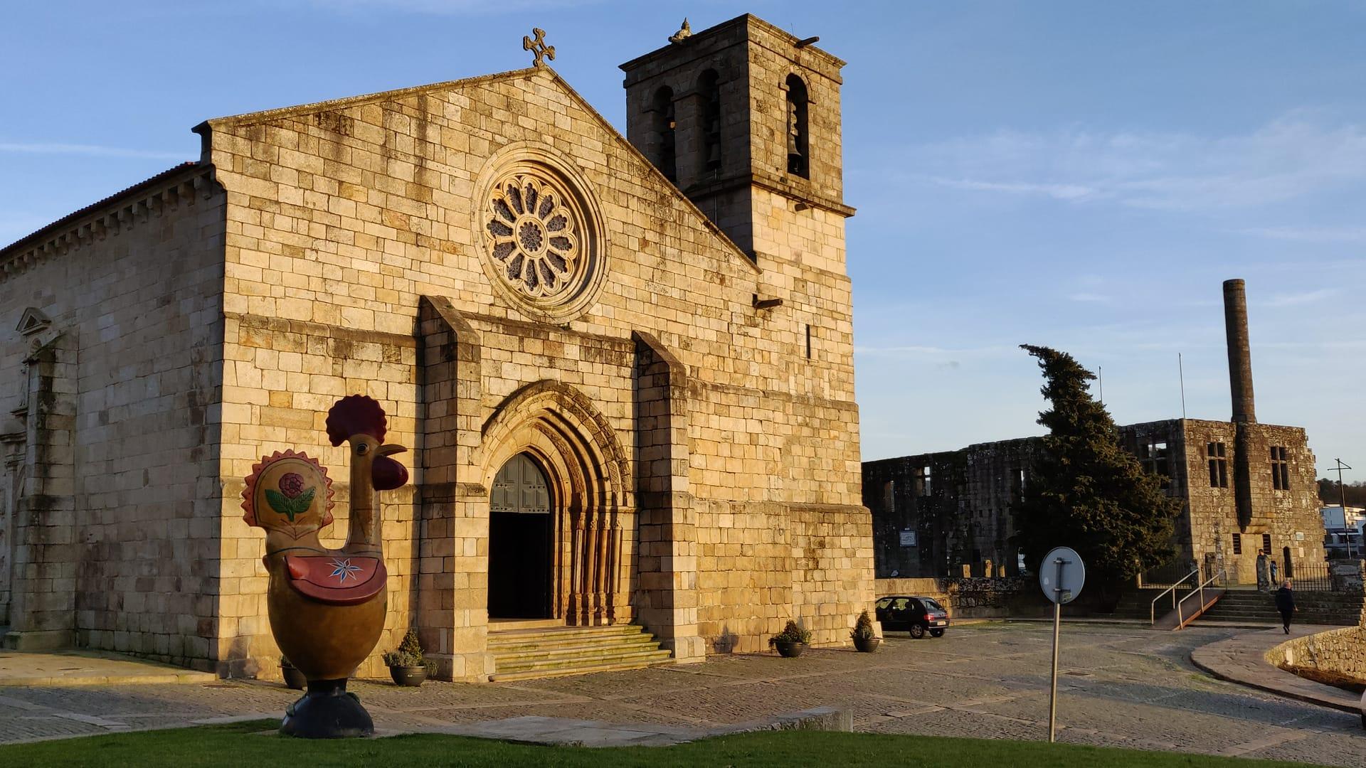 Imagem: Paço dos Condes de Barcelos com estátua do galo.
