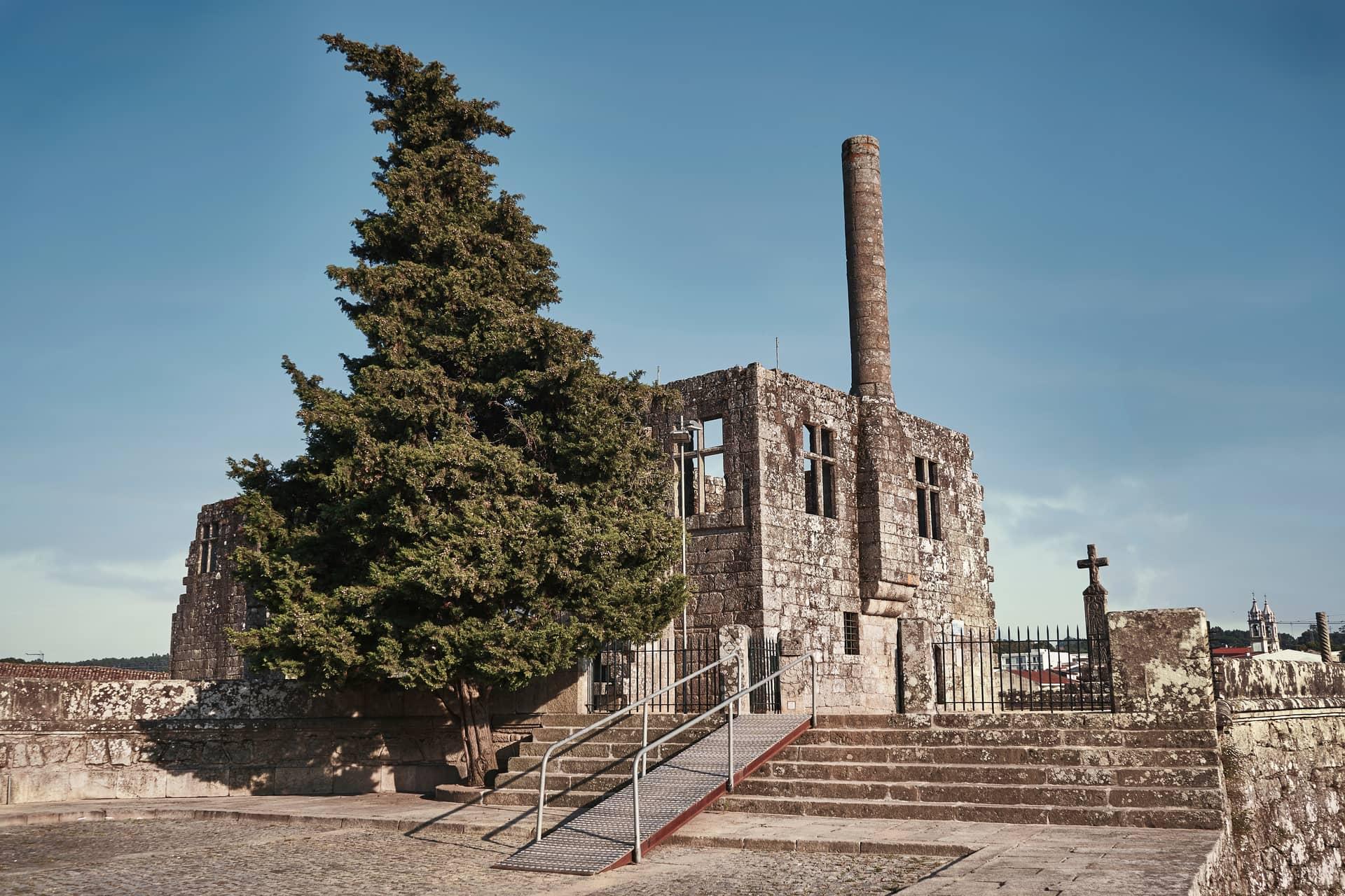 Imagem: Cruzeiro do Galo, onde surgiu a lenda do Galo de Barcelos e atual Museu Arqueológico da cidade.