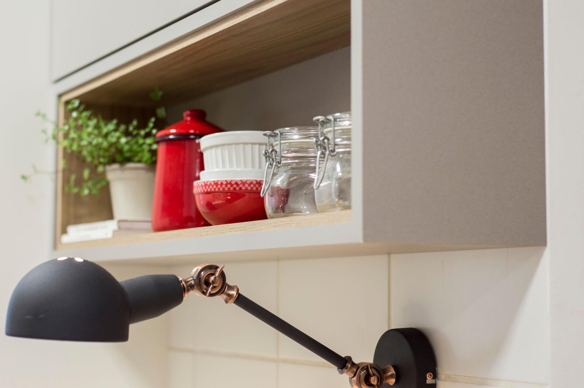 Imagem: Nicho com objetos relacionados ao café a mostra. Projeto: Arquiteca Projetos Afetivos. Foto: Nadya Costa.
