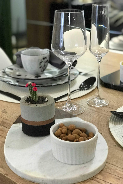 Imagem: Outro charme à parte foram as taças da linha Oxford Alumina Crystal, que além de deixarem a mesa com ar mais sofisticado, ainda serviram como item de decoração. Foto: Meu Apê 34.