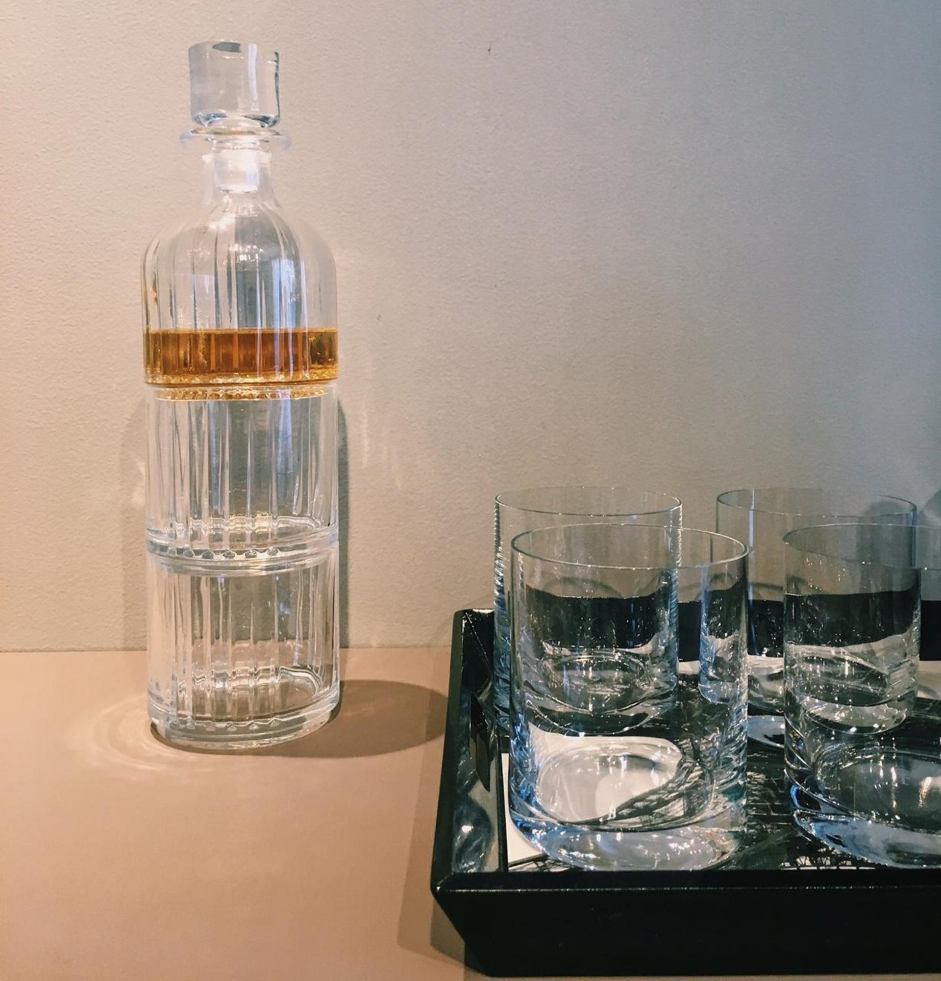 Imagem: A bandeja ajuda a organizar os copos. Copos Flat On The Rocks da Oxford Alumina Crystal e Conjunto Chicago, da marca Biona. Foto: Arquiteca Projetos Afetivos.