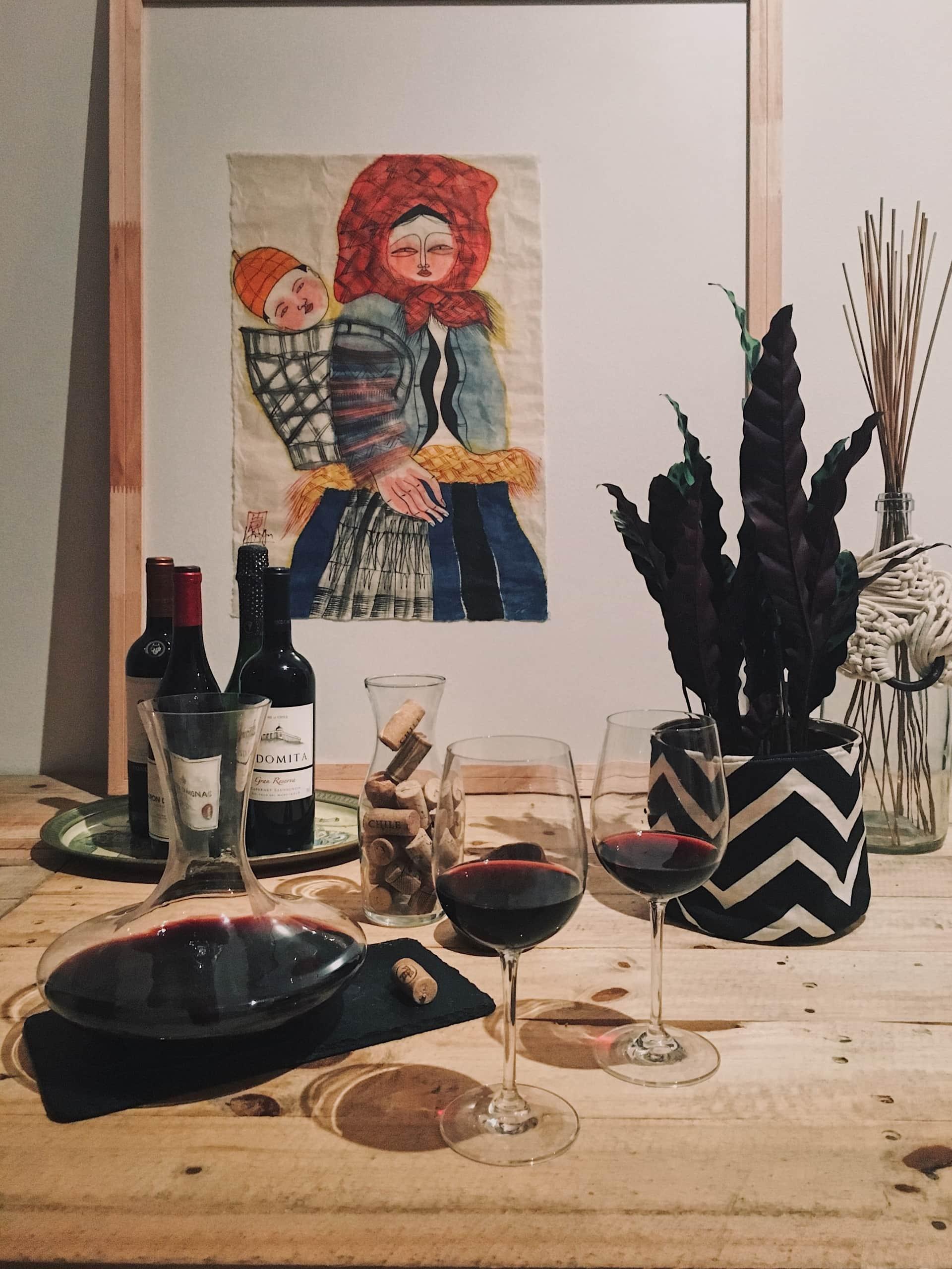 Imagem: Um bar improvisado para receber os amigos com um bom vinho. Nessa caso a mesa virou um mini bar temporário. Conjunto Duo com taças e decanter da Oxford Alumina Crystal. Foto: Arquiteca Projetos Afetivos.