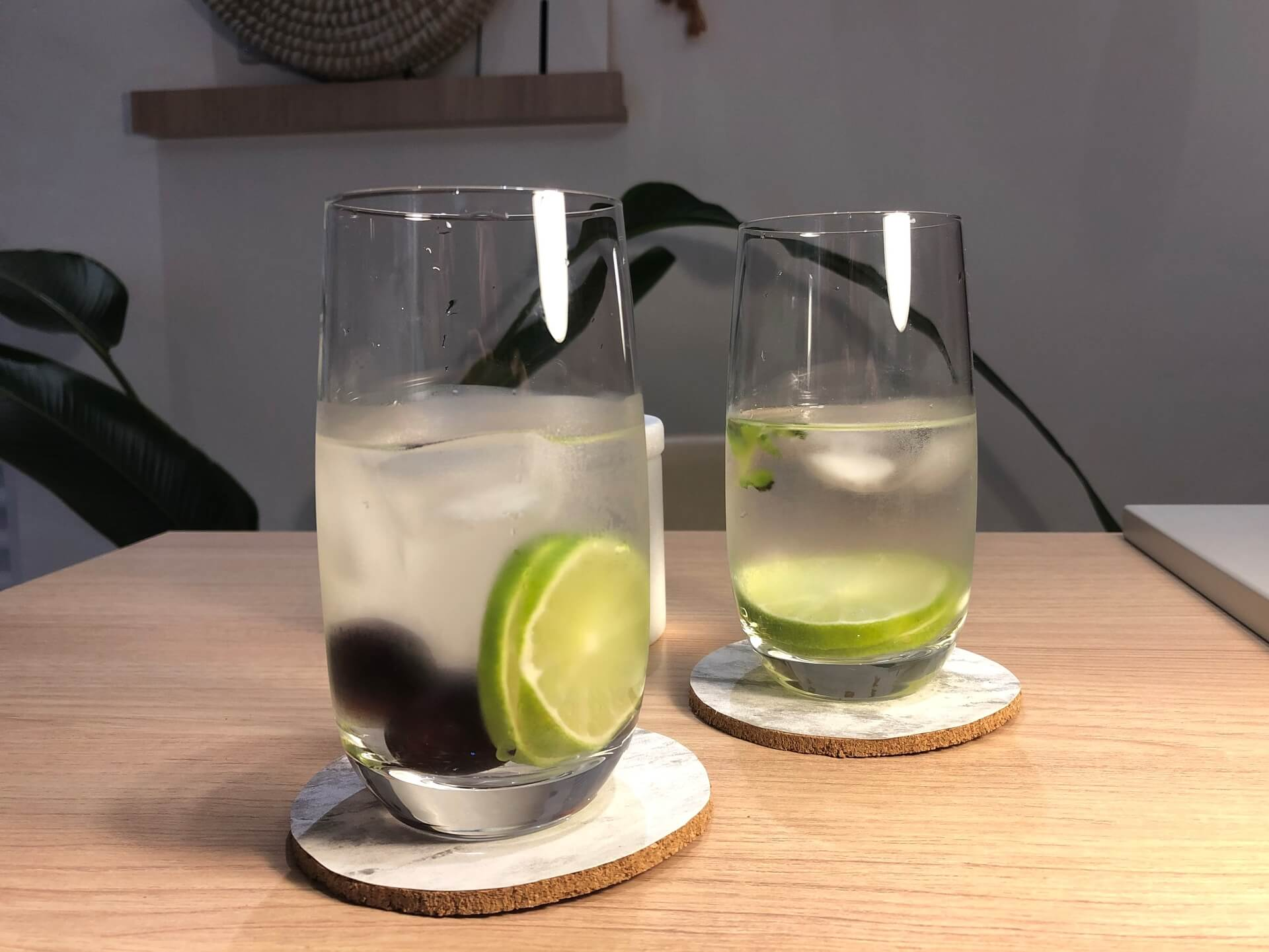 Imagem: Sobre as bolachas estão os copos Oxford Touch Long Drink que você pode encontrar aqui. Foto: Arquiteca Projetos.