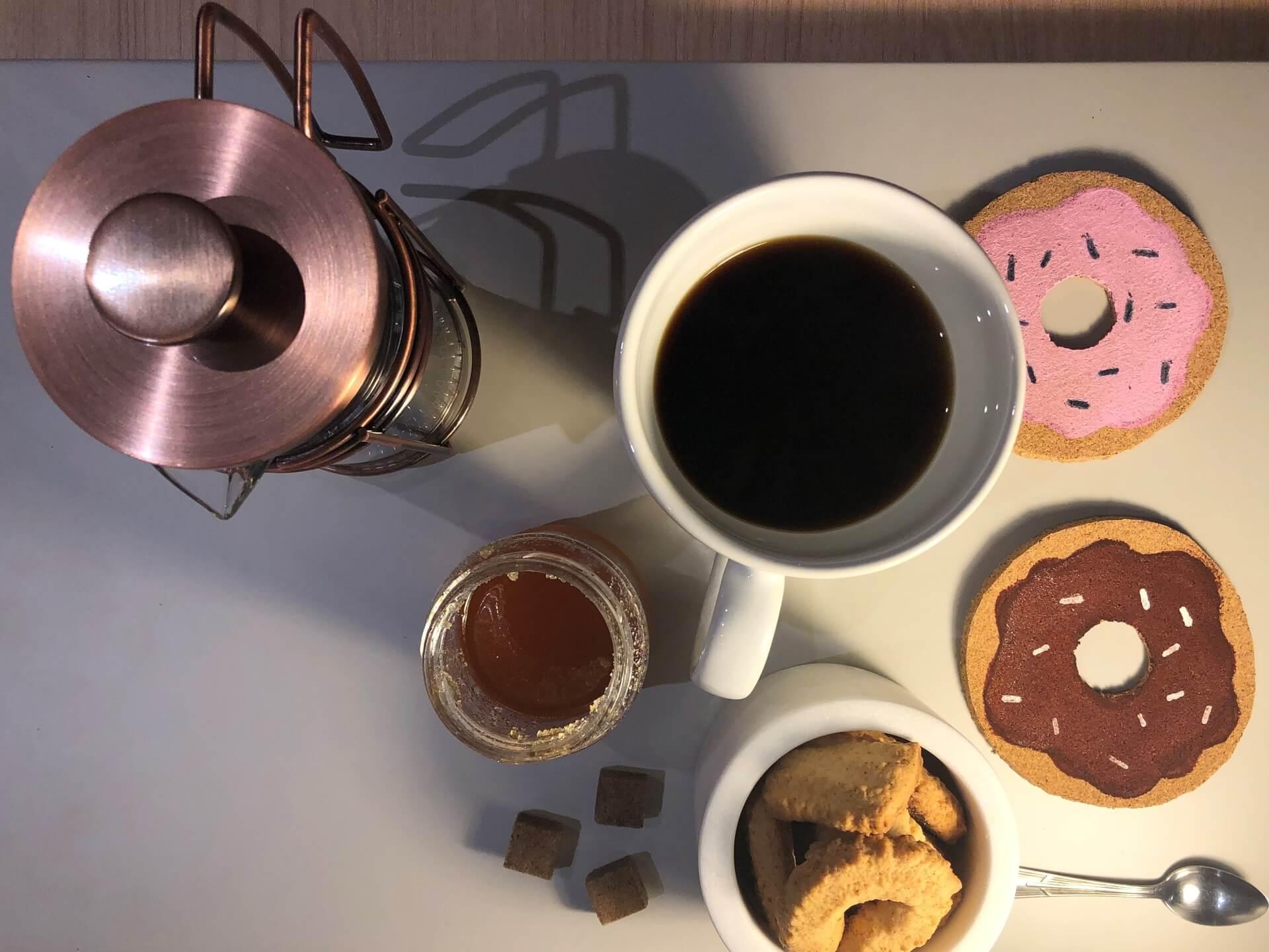 Imagem: Mesa de café com as bolachas de cortiça em formato de donut. Foto: Arquiteca Projetos.