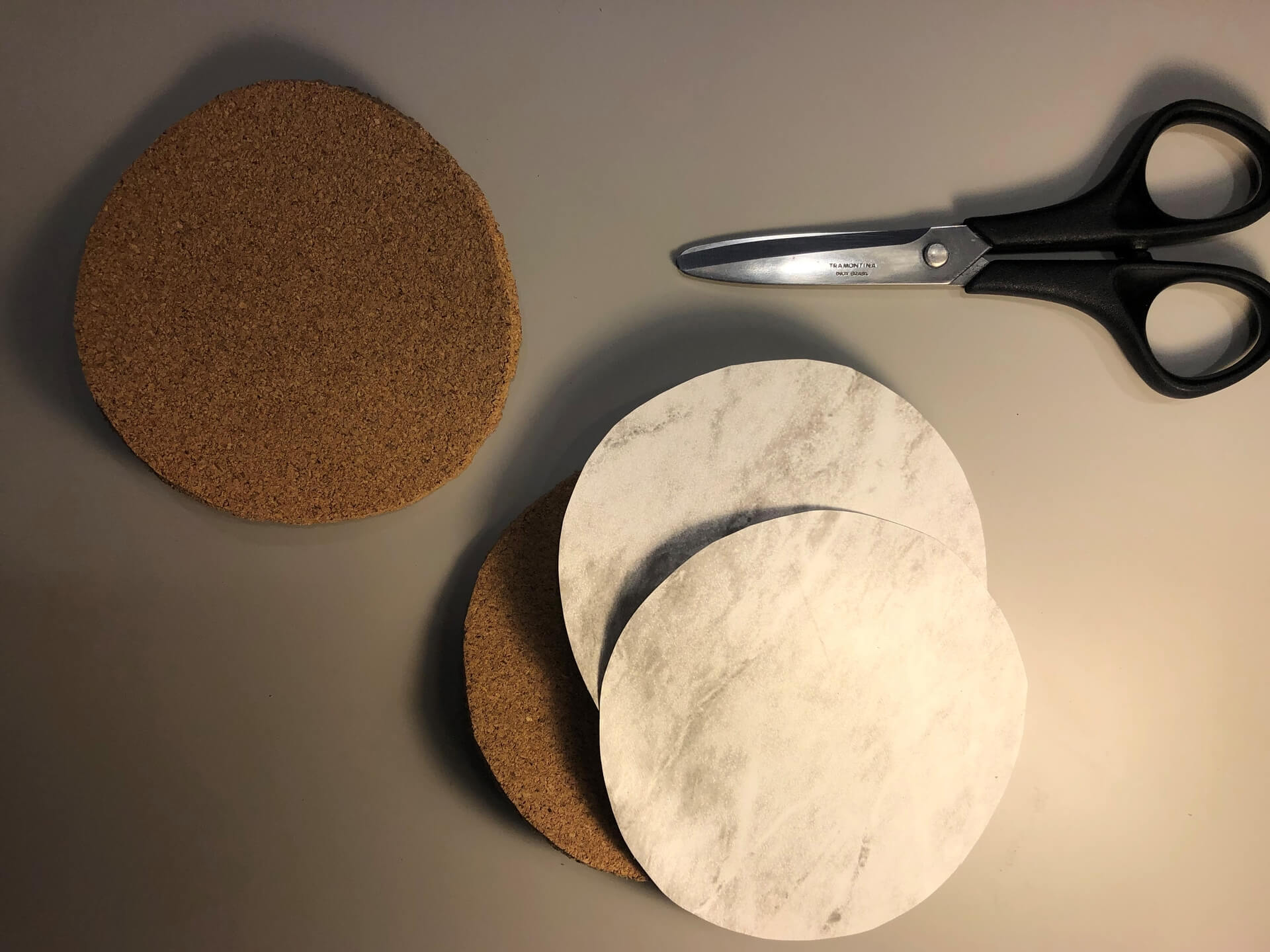 Imagem: Para produzir essas bolachas, é necessário: pedaços de cortiça 5mm, tesoura, régua, estilete, compasso, adesivo de forte abrasão e lápis ou caneta para marcação. Foto: Arquiteca Projetos.