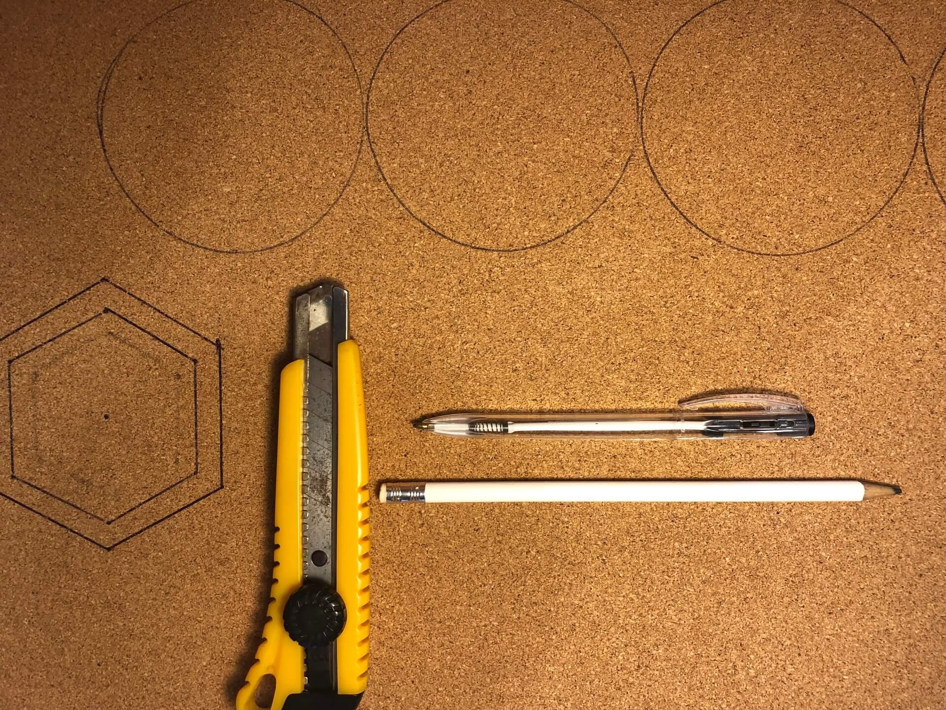 Imagem: Passo 1: fazer as marcações na cortiça. Foto: Arquiteca Projetos.