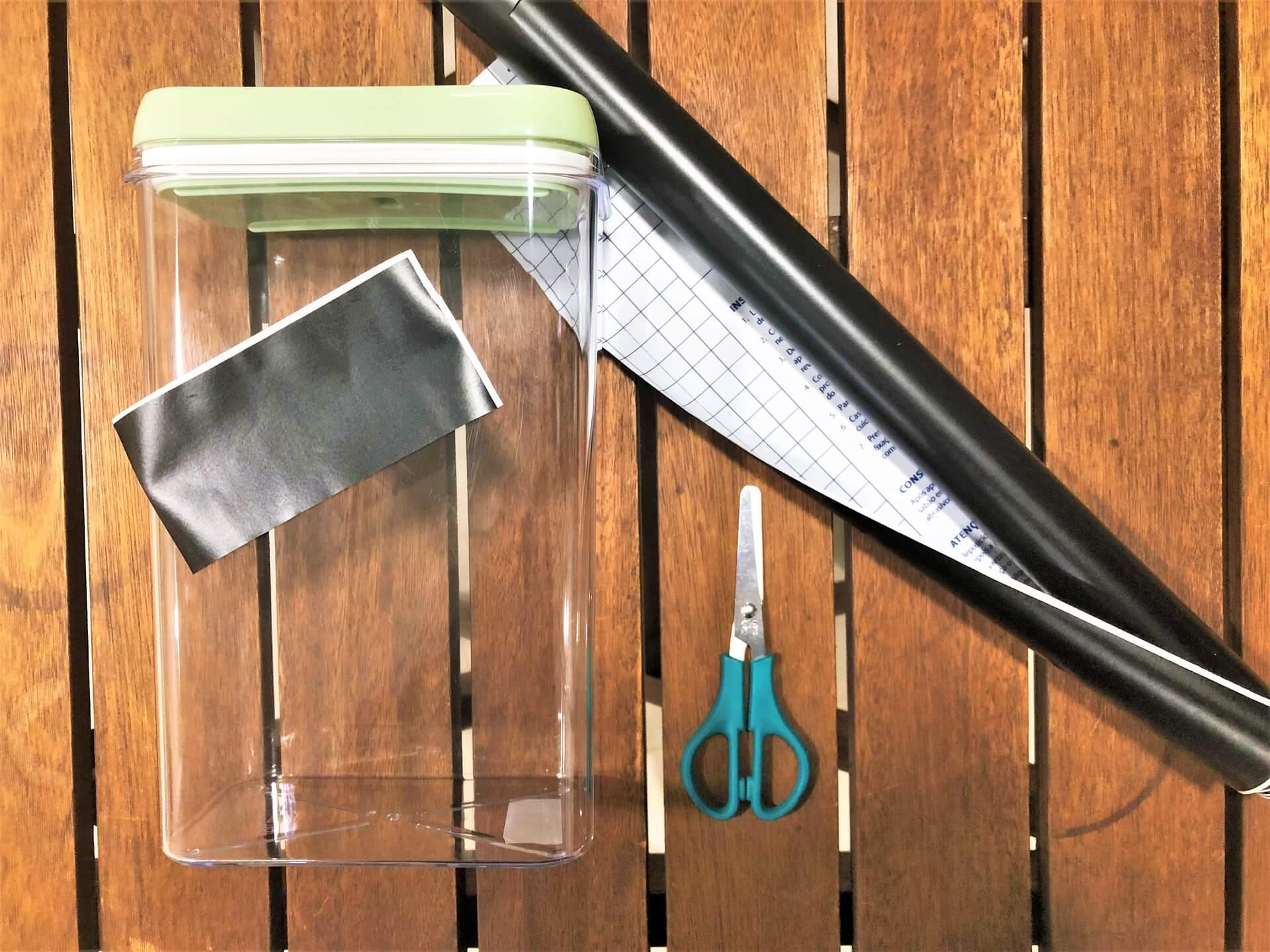 Imagem: materiais que você vai precisa para fazer etiquetas para potes de acrílico. Foto: Arquiteca Projetos Afetivos.