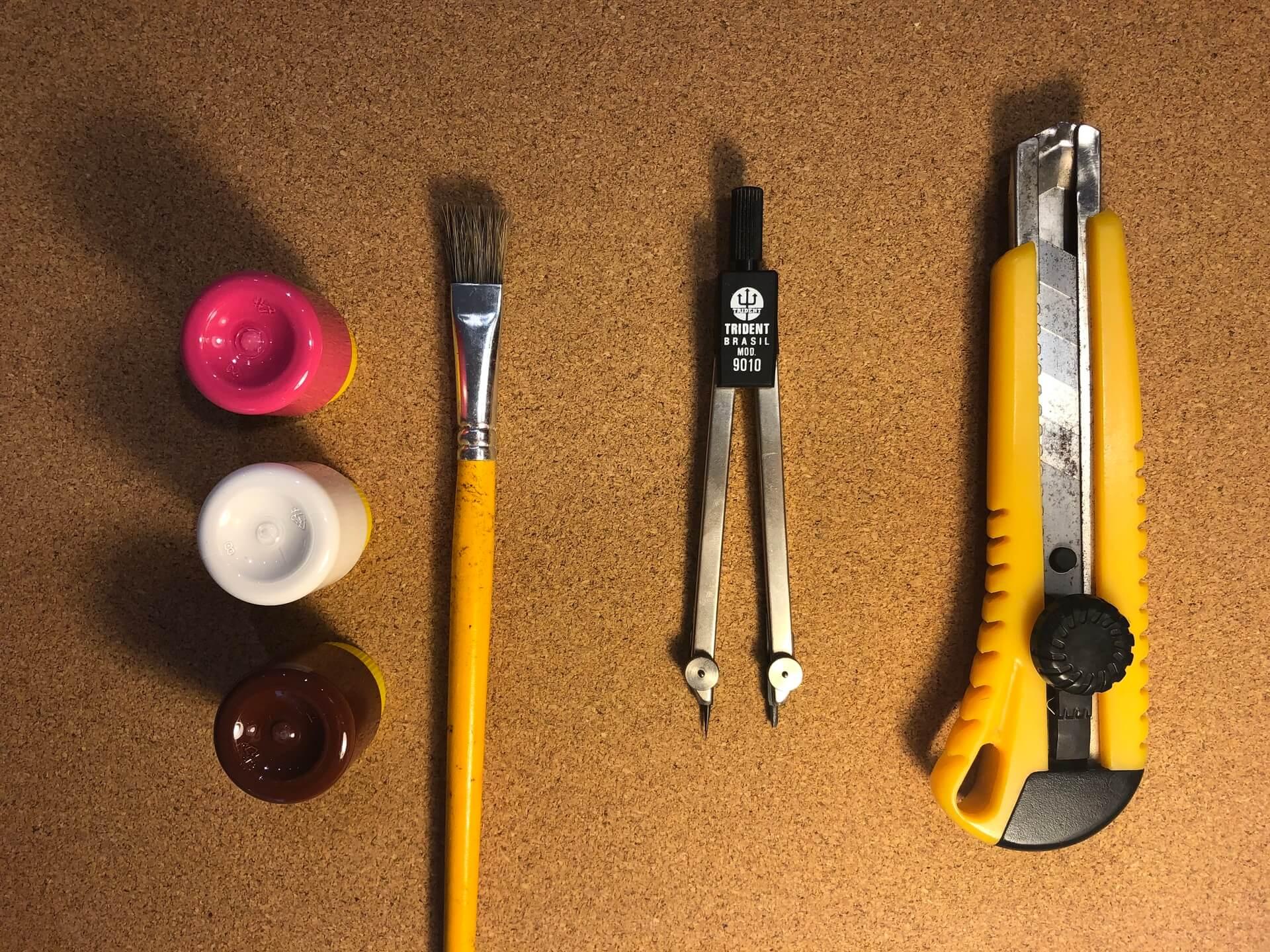 Imagem: Para produzir essas bolachas, é necessário: pedaços de cortiça 5mm, tinta PVA, pincel, régua, compasso, estilete e lápis ou caneta para marcação. Foto: Arquiteca Projetos.