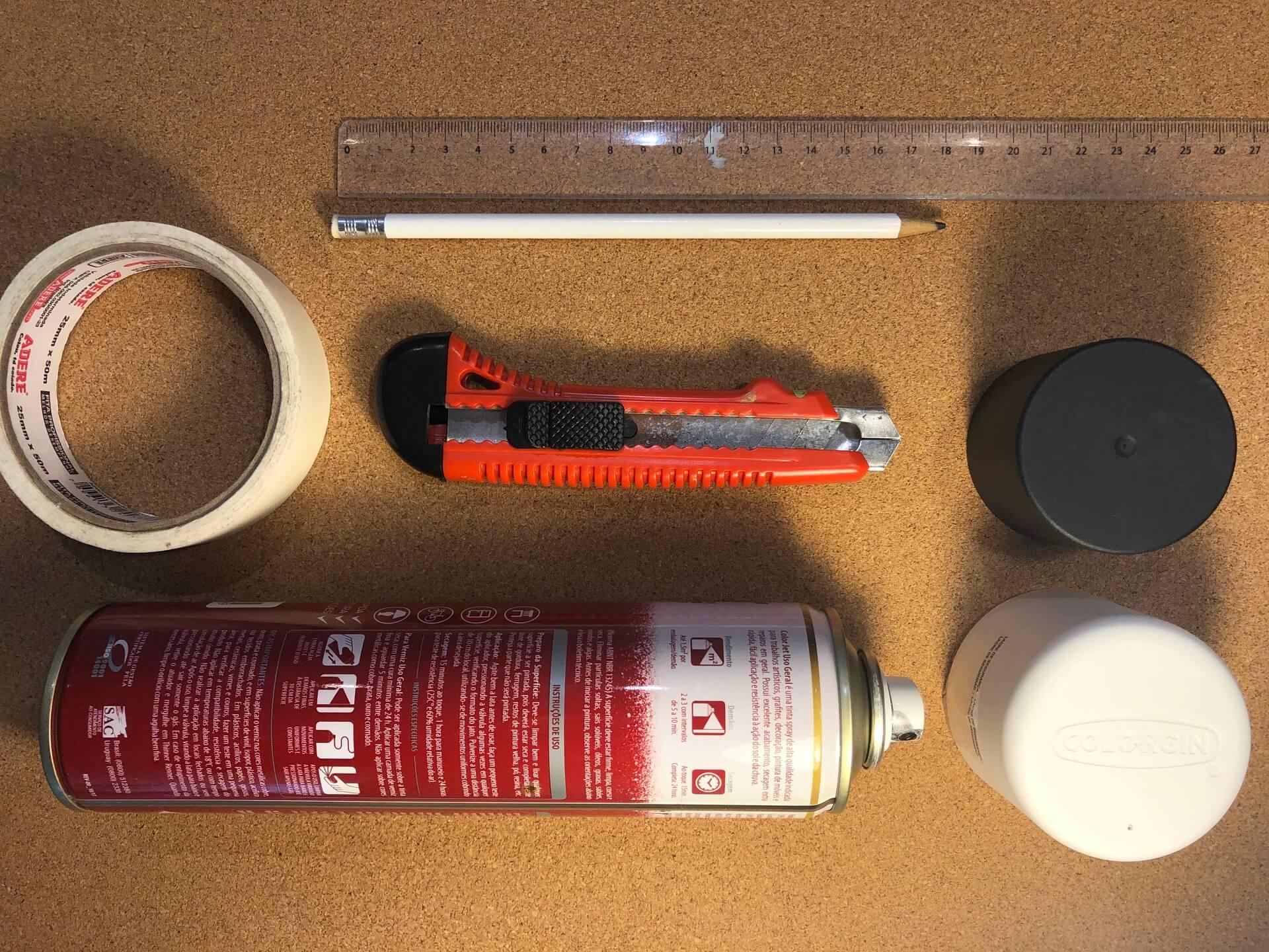 Imagem: Para produzir essas bolachas, é necessário: pedaços de cortiça 5mm, tinta spray ou tinta PVA, régua, estilete, fita crepe, e lápis ou caneta para marcação.