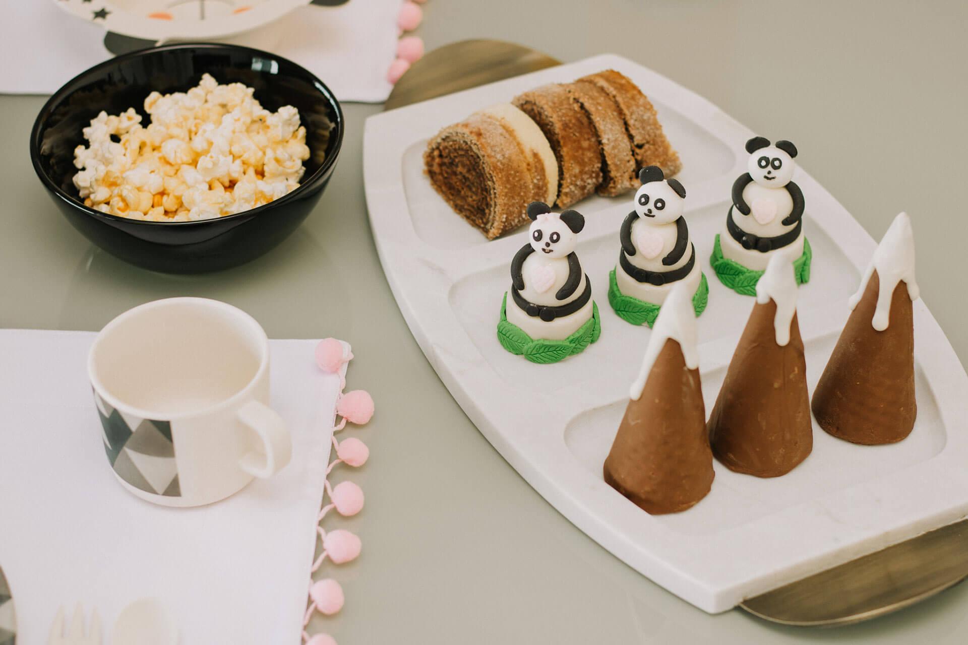 Imagem: Os doces ficaram um charme na petisqueira de mármore com 3 divisórias também da Oxford. Doces com moderação para a criançada! Foto: Amanda Melo/Blog Between Tea and Coffee.