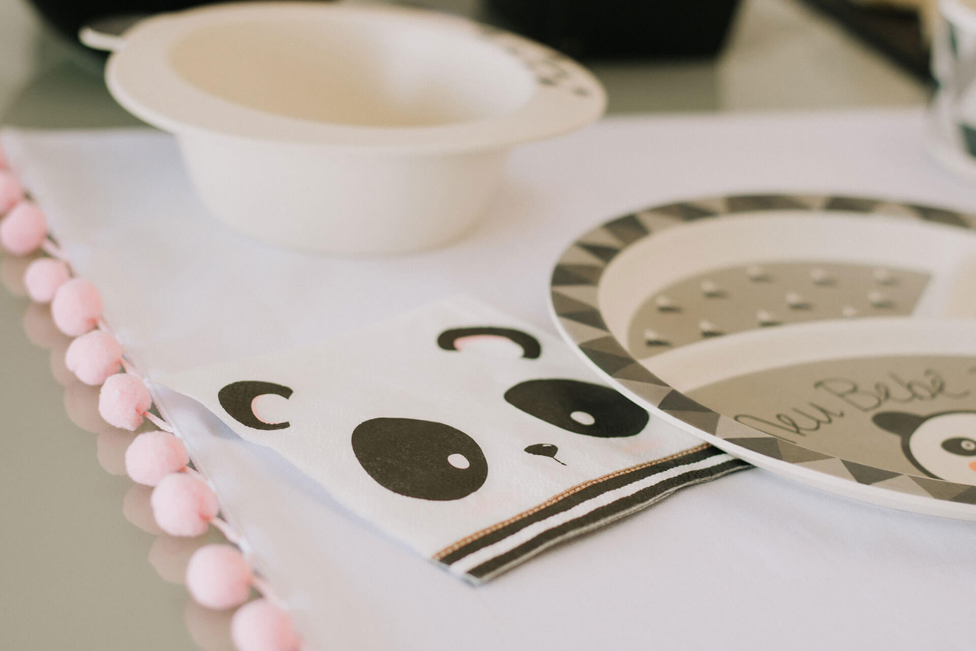 Imagem: Detalhes que encantam: jogo americano com pompom e guardanapo também de panda. Foto: Amanda Melo/Blog Between Tea and Coffee.