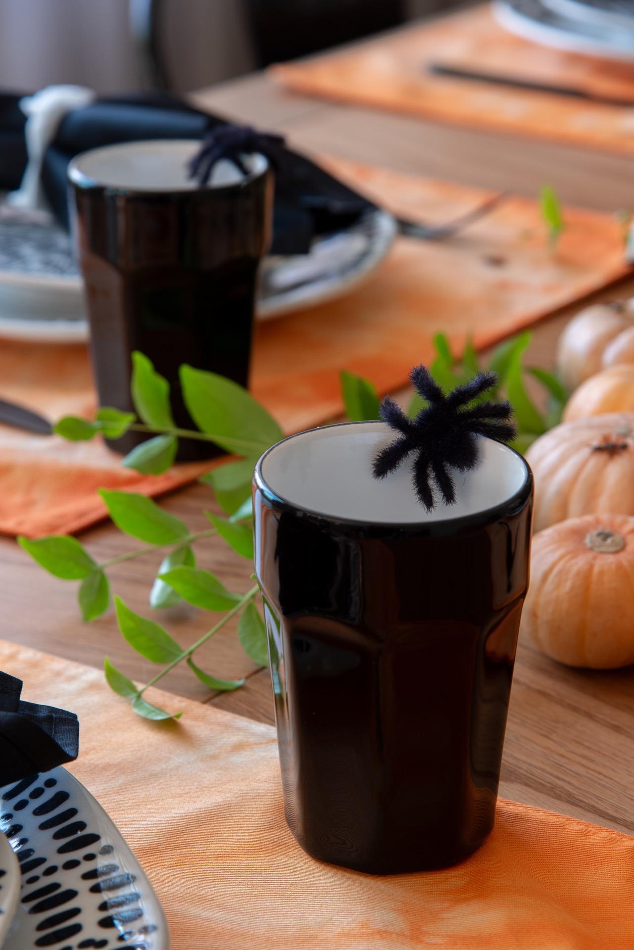 Imagem: Nos copos de cerâmica da Oxford, aranhas de plástico ficam a postos para assustar os convidados. Foto: Cacá Bratke