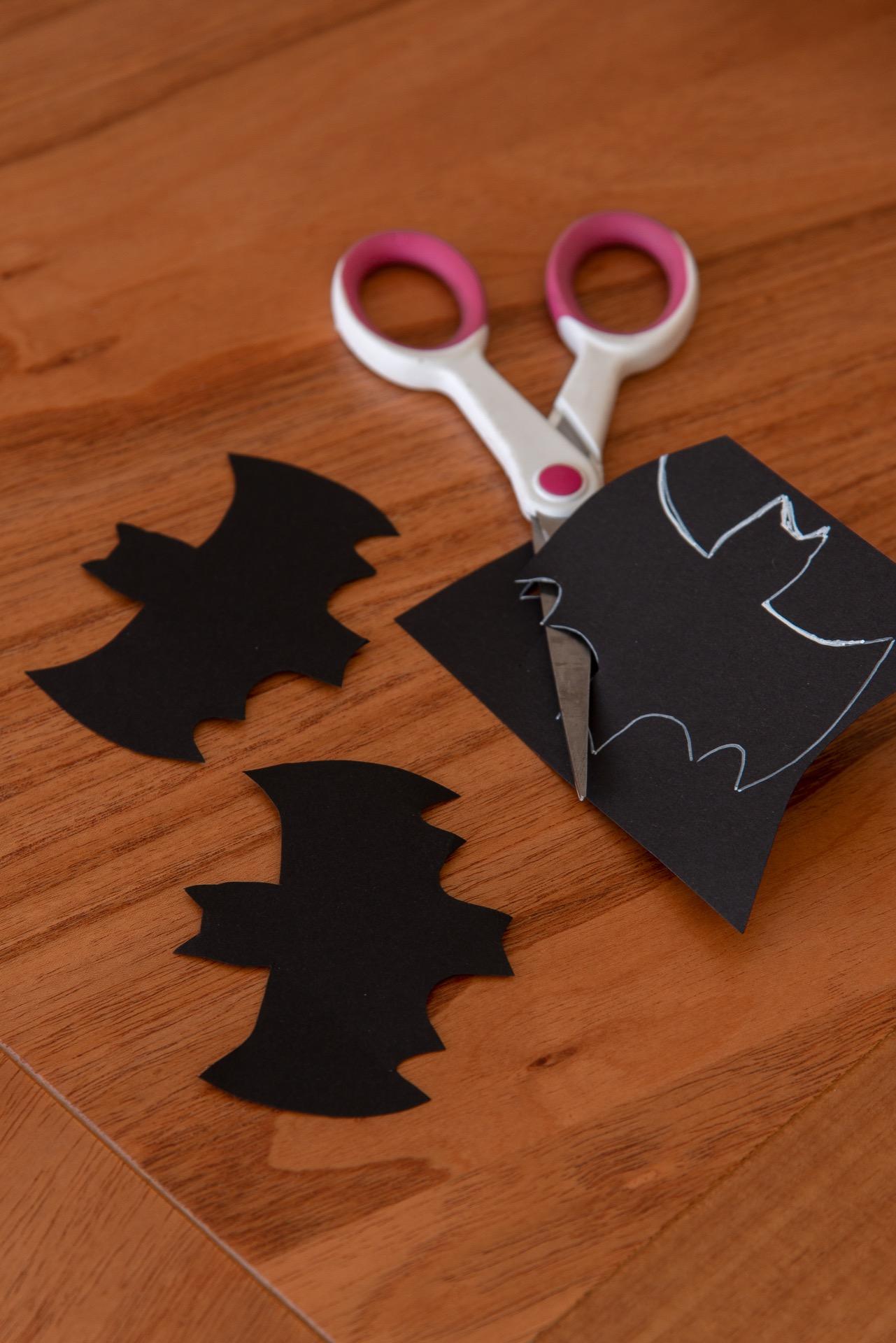 Imagem: Passo 3: recorte os morcegos.Foto: Cacá Bratke