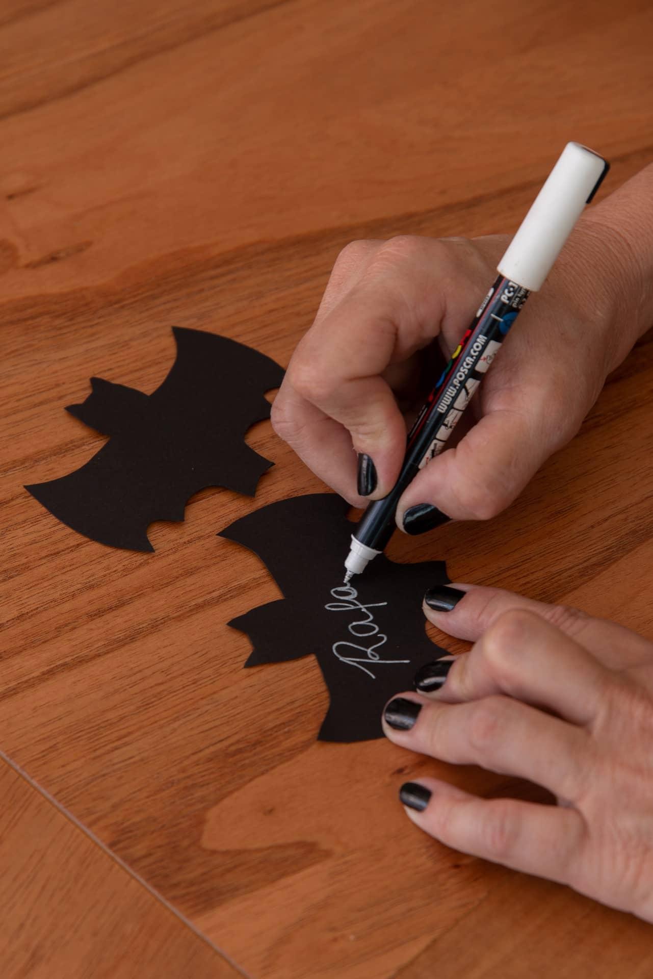 Imagem: Passo 4: escreva o nome do convidado com a caneta de tinta branca. Capriche na letra! Foto: Cacá Bratke