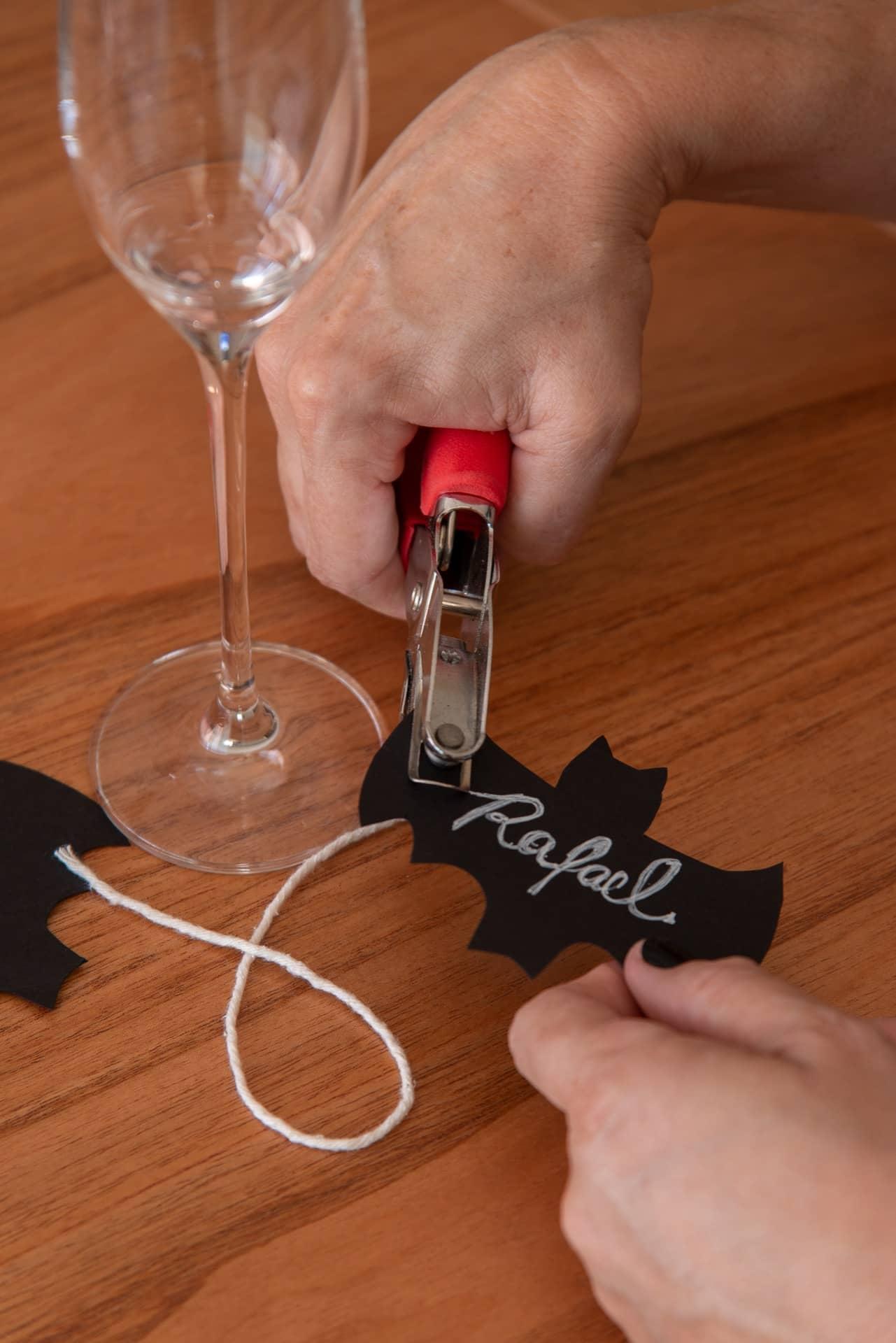 Passo 5: fure o marcador de taça numa das extremidades e passe um barbante pelo furo.Foto: Cacá Bratke