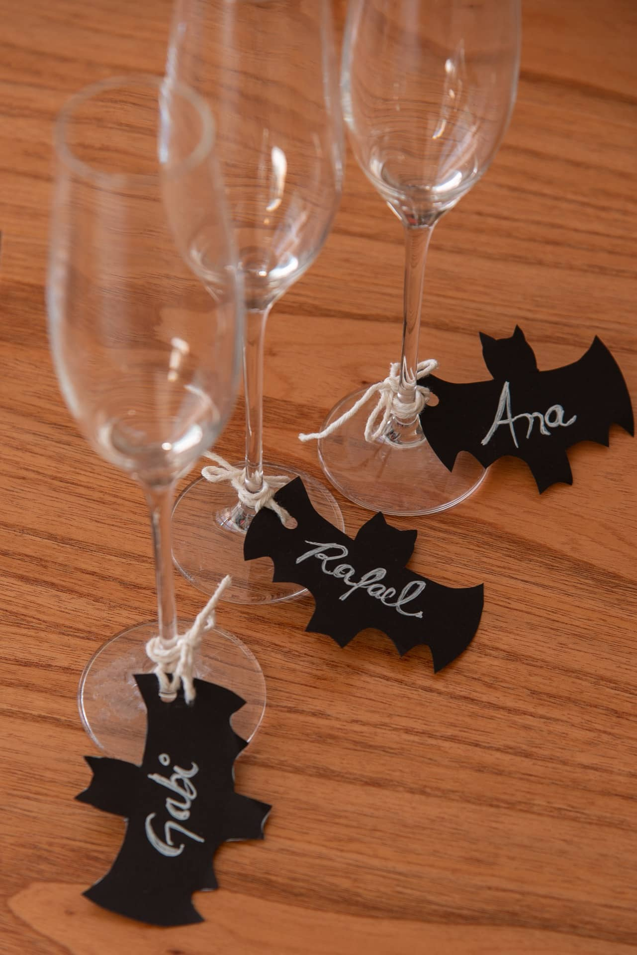Imagem: Passo 6: agora é só amarrar os marcadores de taças nos copos, e partir para o brinde! As taças de espumante são da Oxford Alumina Crystal. Foto: Cacá Bratke