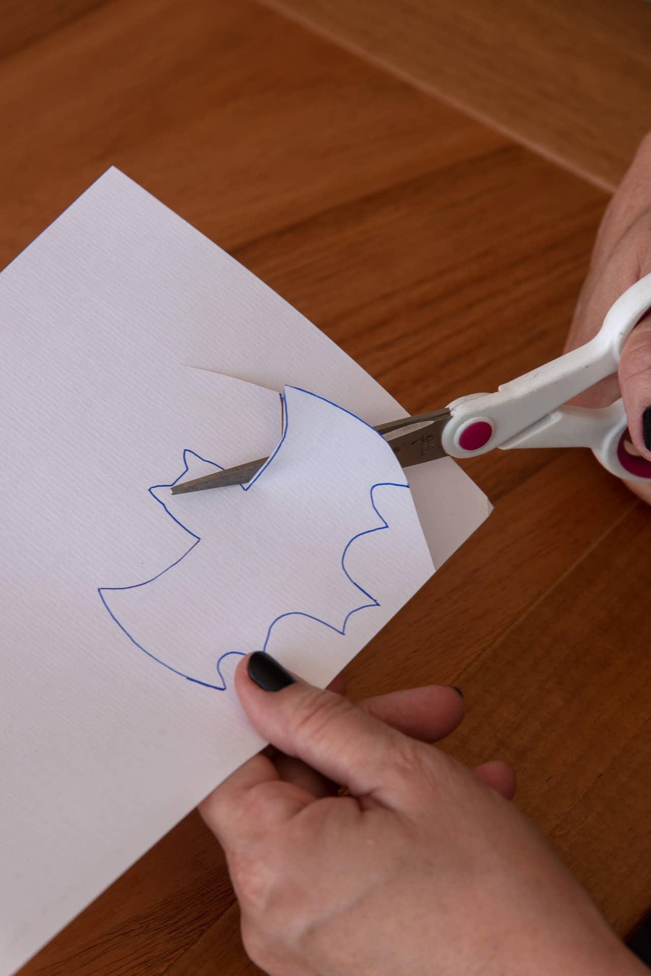 Imagem: Passo 1: faça um modelo de morcego em tamanho pequeno. Você pode desenhar à mão livre ou imprimir uma imagem que encontrar na internet. Foto: Cacá Bratke
