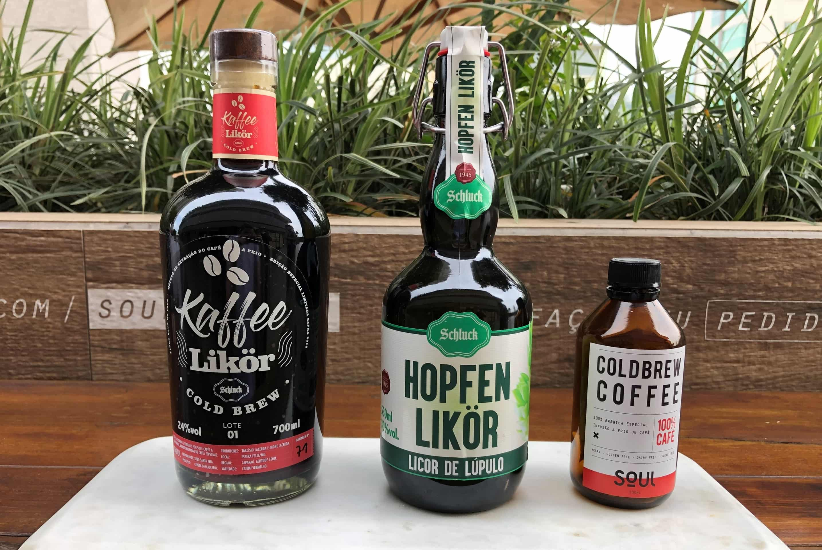 Imagem: Para fazer, são necessários três ingredientes: Hopfen Likör (licor de lúpulo), vodka e cold brew coffee. Foto: Arquiteca Projetos.