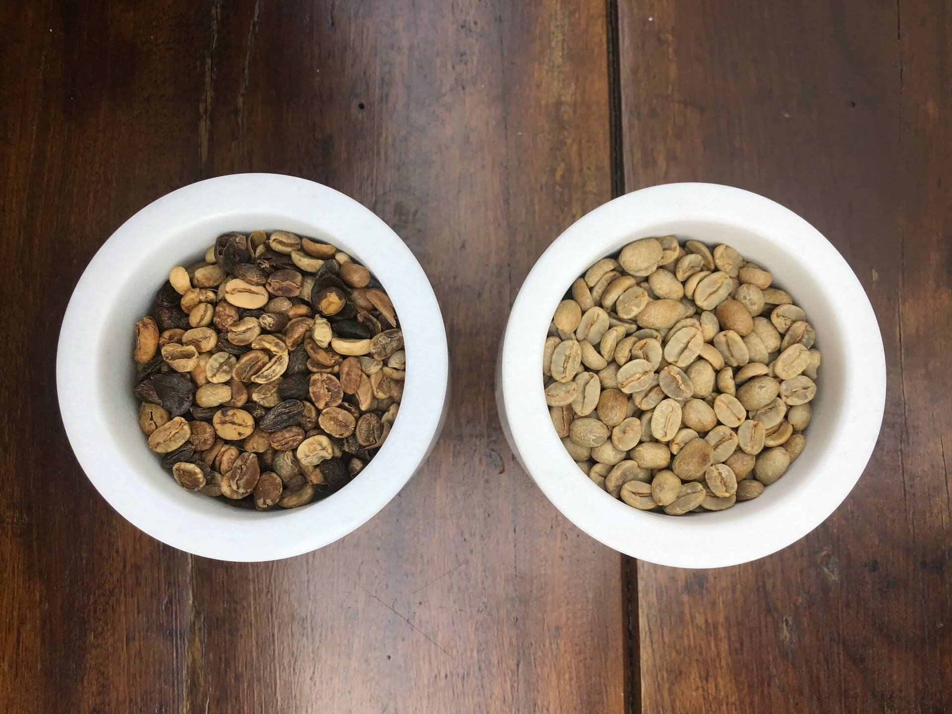À esquerda, grão de café tradicional . À direita, grão de café especial. Foto: Arquiteca Projetos Afetivos.