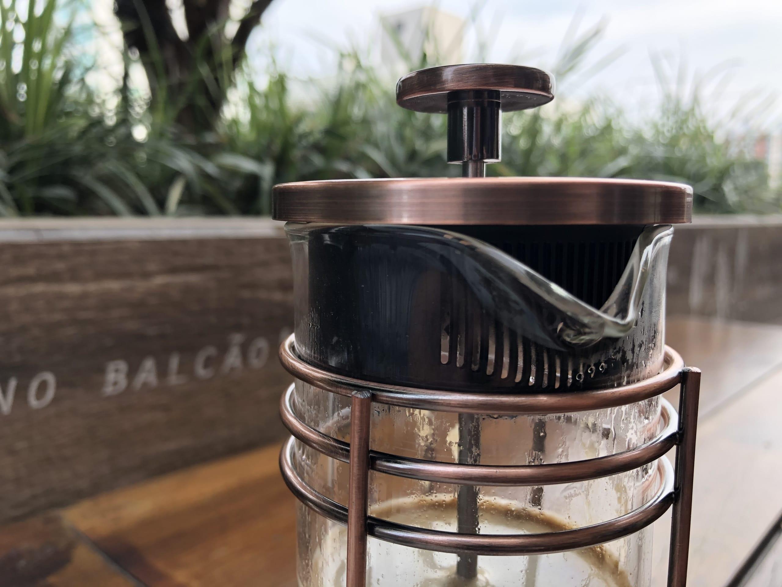 Imagem: Café especial filtrado na prensa francesa. A prensa francesa (também chamada de French Press), como o próprio nome diz, foi criada na França. É é um clássico método de imersão! A prensa francesa é feita em vidro e metal, e o filtro é uma malha metálica. Foto: Arquiteca Projetos Afetivos.