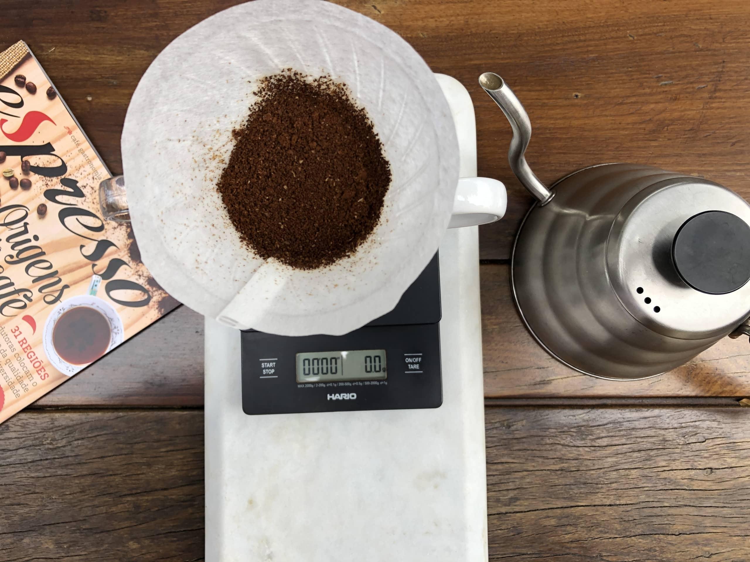 Imagem: Café especial filtrado na Hario V60. Nas cafeterias especializadas são usadas balanças especiais para pesar a proporção exata água/café. Para quem vai preparar em casa, uma medida que sempre dá certo é 1 colher sopa de café para 1 xícara 200ml de água.. Foto: Arquiteca Projetos Afetivos.