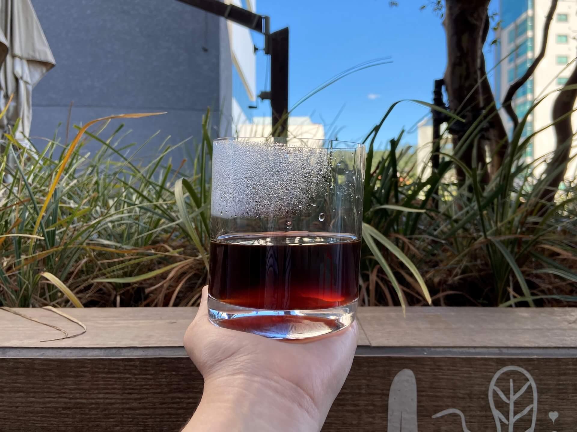 A coloração do café especial depois de coado também é diferente. Os cafés tradicionais são quase pretos, enquanto os cafés especiais são avermelhados quando a torra é clara e amarronzados quando a torra é média ou escura. Foto: Arquiteca Projetos Afetivos.