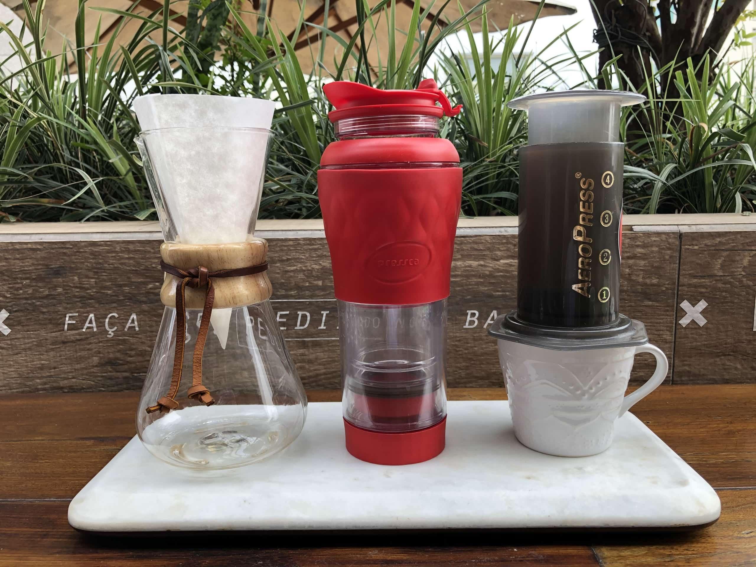 Imagem: Métodos de preparo do café especial, respectivamente: Chemex, Pressca e AeroPress. Foto: Arquiteca Projetos Afetivos.