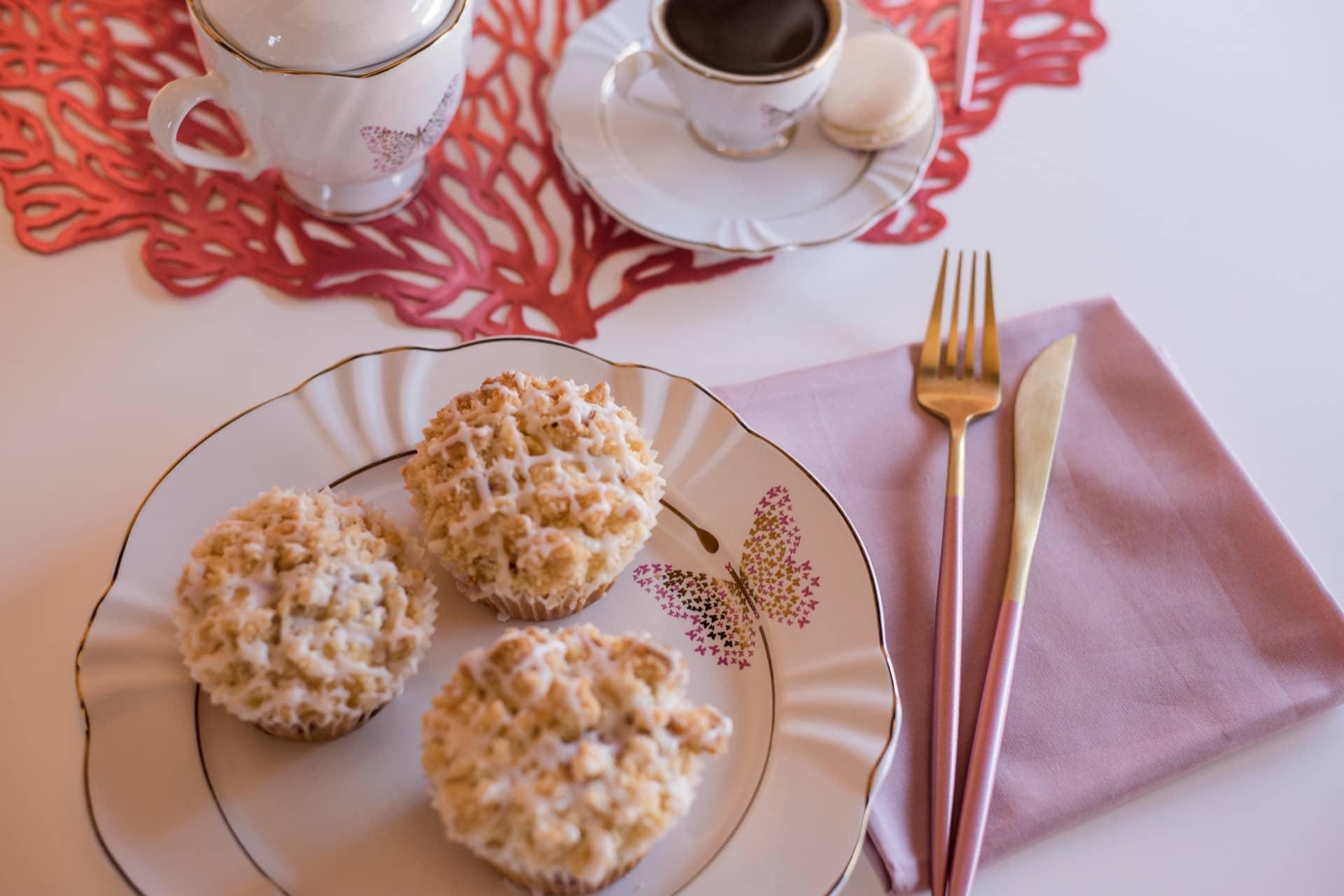 Imagem: A beleza da louça (Soleil Encantada, da Oxford) é realçada pelo guardanapo de tecido rosa, e pelos talheres bicolores, de metal fosco. Os cupcakes são da Manu Rosa Bakery. Foto: Karla Rudnick