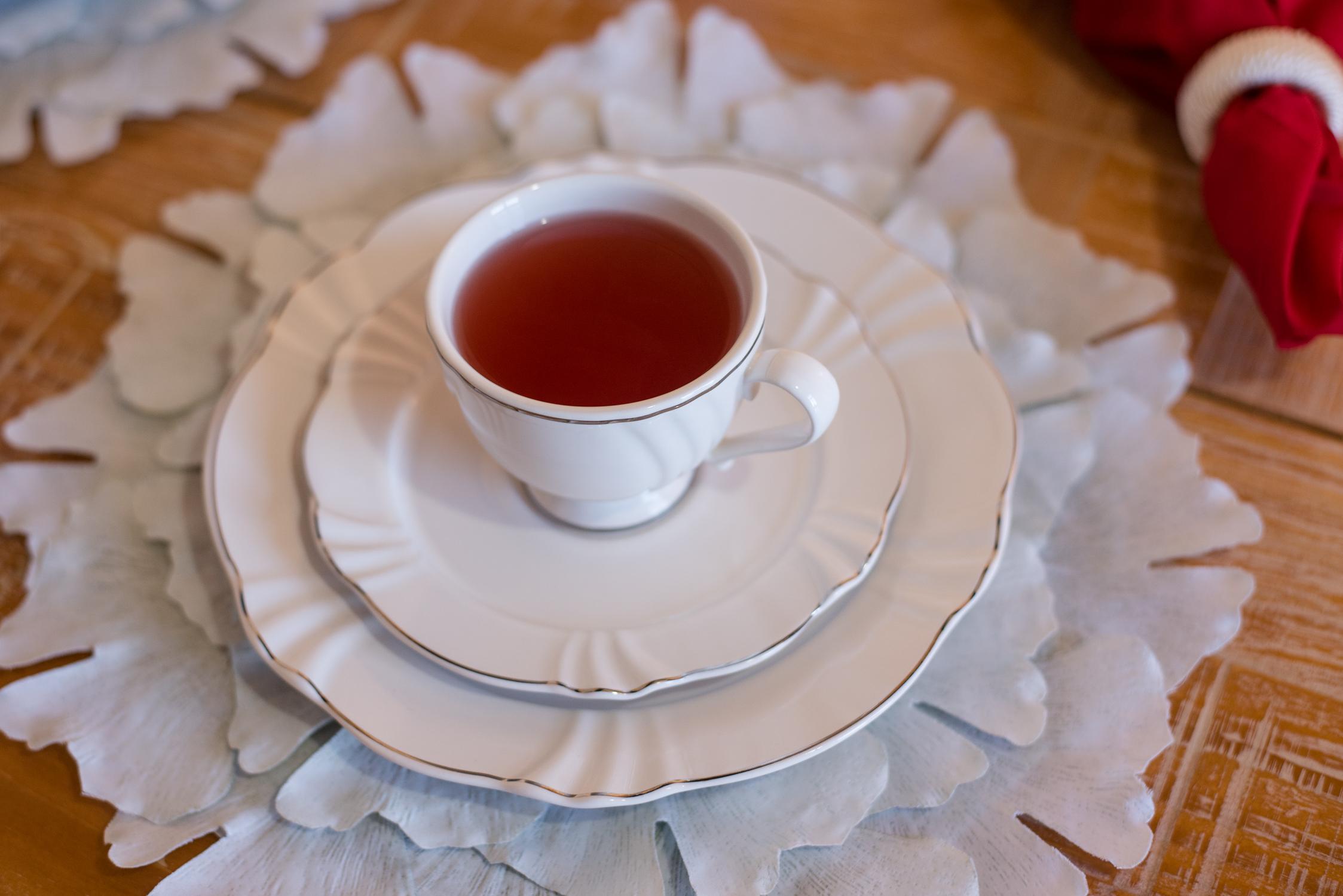 Chá servido na xícara da coleção Soleil Katherine, da linha Oxford Porcelanas. Foto: Karla Rudnick