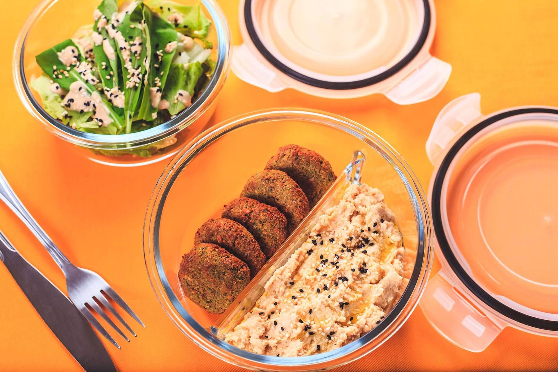 Texto: O pote redondo com divisórias da Oxford é a opção perfeita para levar a marmita de falafel com homus: uma refeição deliciosa para diminuir a ingestão de proteína animal. Foto: Na Minha Panela.