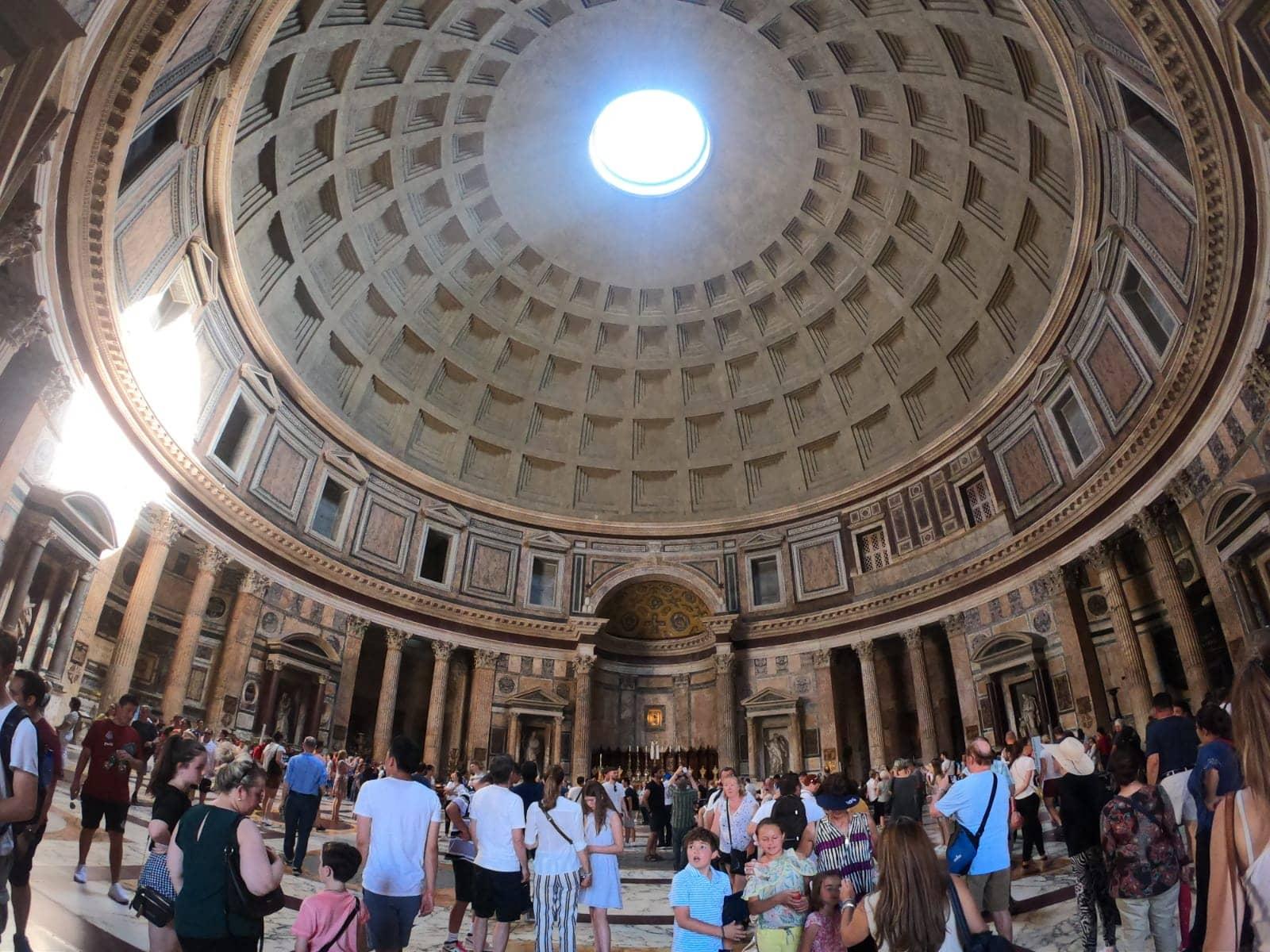 Imagem: O Pantheon sofreu vários incêndios, ao longo do tempo. Acredita-se que a versão atual é fruto da reconstrução feita por Adriano, entre 118 e 125 d.C.