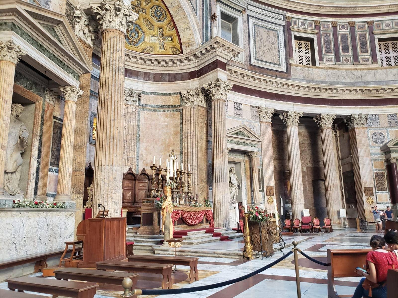 """Imagem: O Pantheon nunca deixou de ser utilizado como templo. No século 7, foi transformado em igreja católica pelo Papa Bonifacio IV, que a consagrou a """"Santa Mariae osMártires"""", ouSanta Maria dei Martiri, em italiano."""