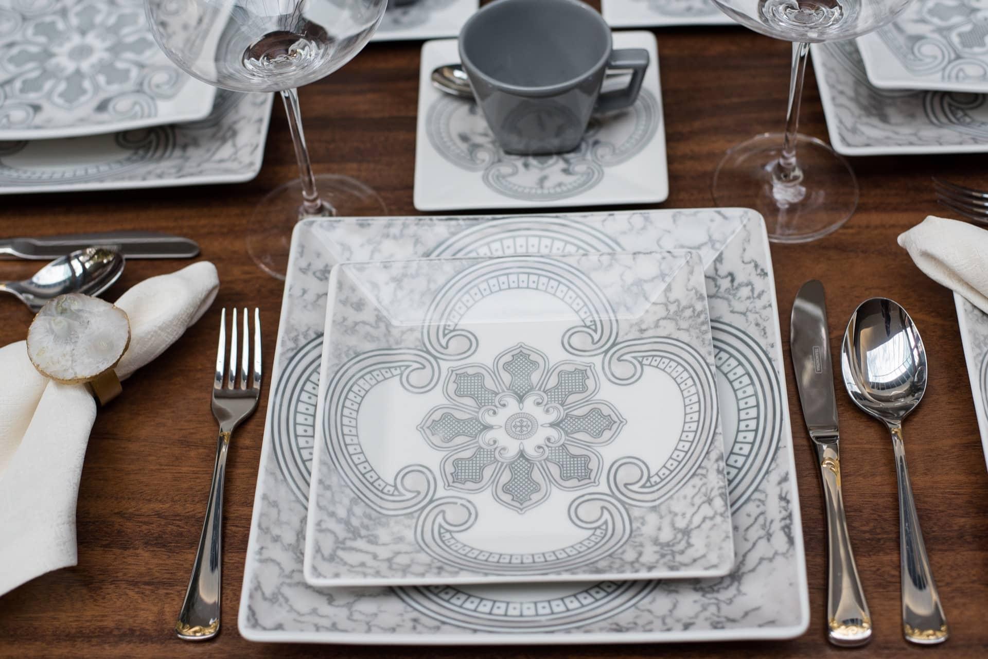 Imagem: A perfeição mora nos detalhes: os pratos da coleção Quartier Pantheon exibem traços que imitam a padronagem do mármore italiano. Foto: Karla Rudnick