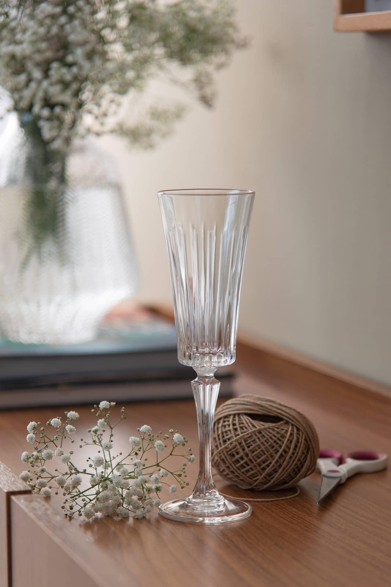 """Imagem: Passo 1: separe tudo o que vai precisar, lindas taças de espumante, como esta da Biona, à venda em lojas especializadas de todo Brasil. Fio de rami, flores """"mosquitinho"""" e tesoura. Foto: Cacá Bratke"""