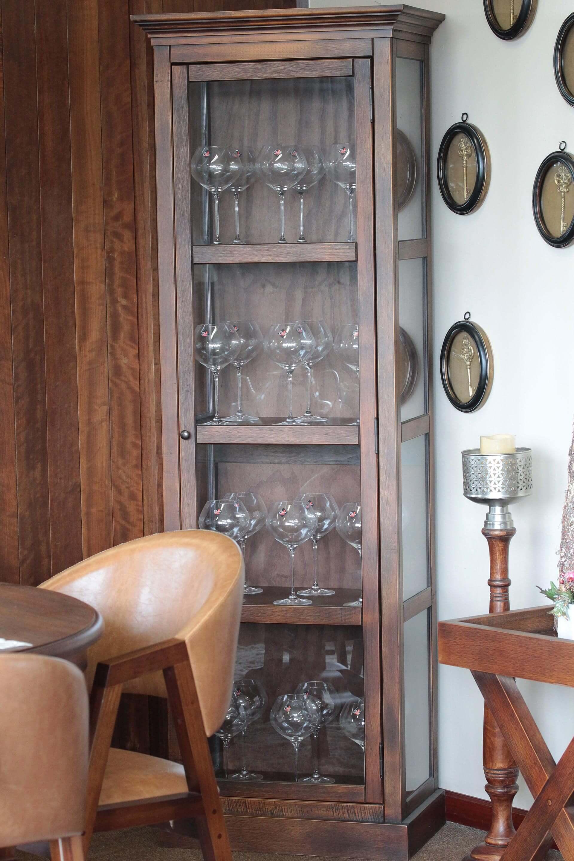 Imagem: Estrategicamente posicionada ao lado da mesa de jantar, esta cristaleira em formato de torre, da Iaza Móveis de Madeira, acomoda cerca de 24 taças, como estas de formato bojudo da Oxford Alumina Crystal.Foto:Eduardo Alves/Oxford