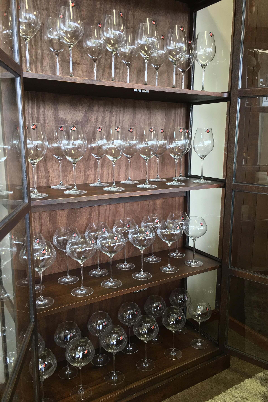 Imagem: Quem tem espaço de sobra pode investir numa cristaleira maior, capaz de receber 12 taças de vinho, ou água, em cada prateleira. As taças são da Oxford Alumina Crystal, e a cristaleira, da Iaza Móveis de Madeira. Foto:Eduardo Alves/Oxford