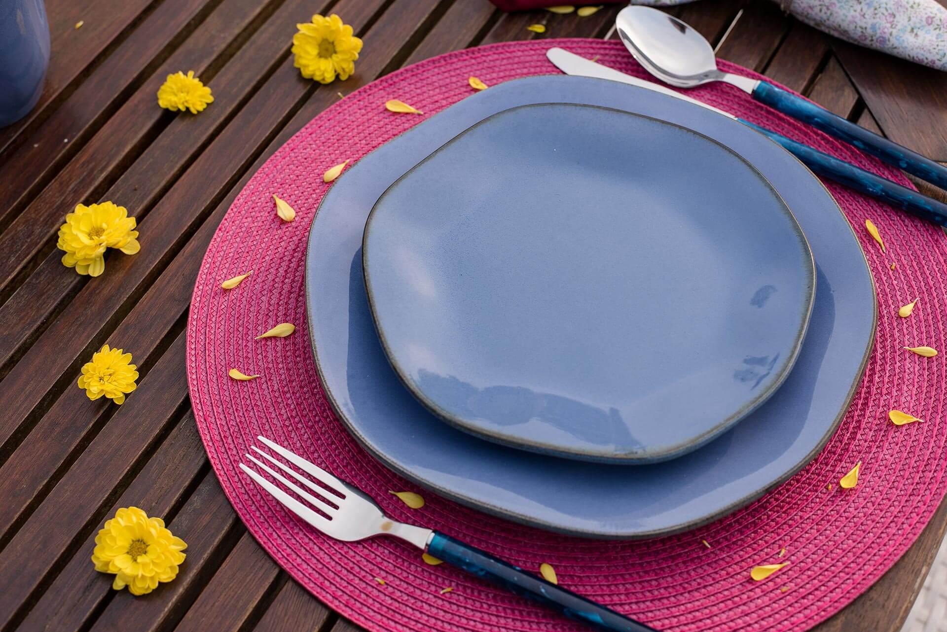 Imagem: Rosa, azul e amarelo é um combinação de cores das mais felizes. Espalhe flores e pétalas de margaridas amarelas em volta da louça Ryo Santorini, da Oxford Porcelanas, e dos jogos americanos pink. O efeito é pura poesia! Foto: Karla Rudnick